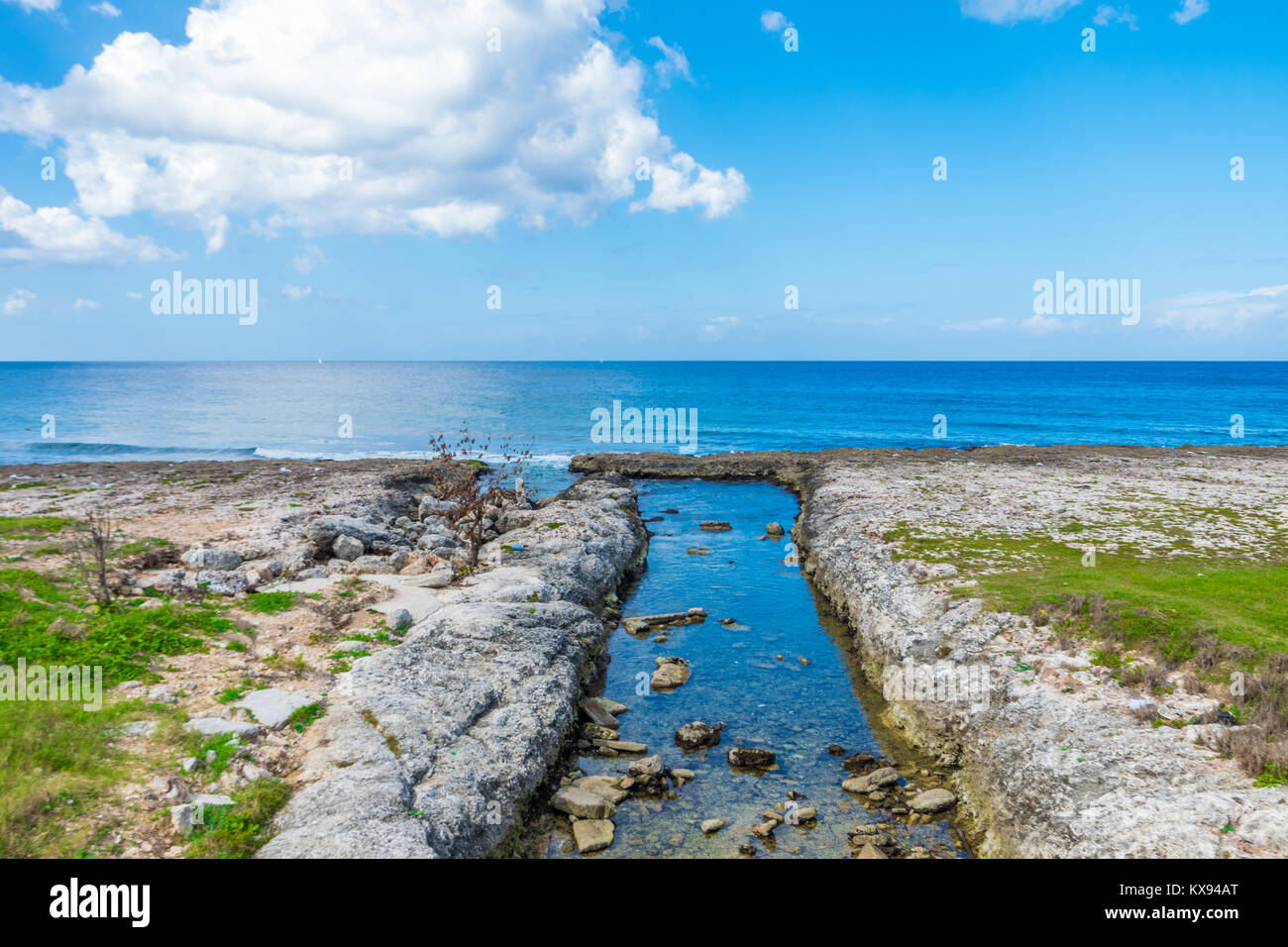 Perfect sea horizon and river in the foreground in beautiful sunny day in la Havana - Stock Image