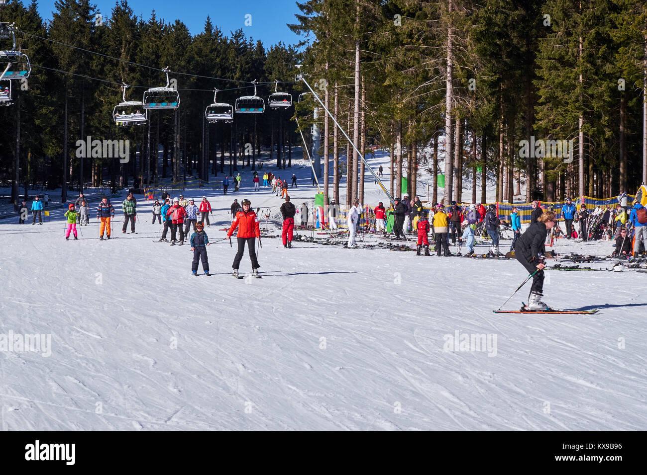 WINTERBERG, GERMANY - FEBRUARY 15, 2017: Many skiers taking a break on a piste at Ski Carousel Winterberg - Stock Image