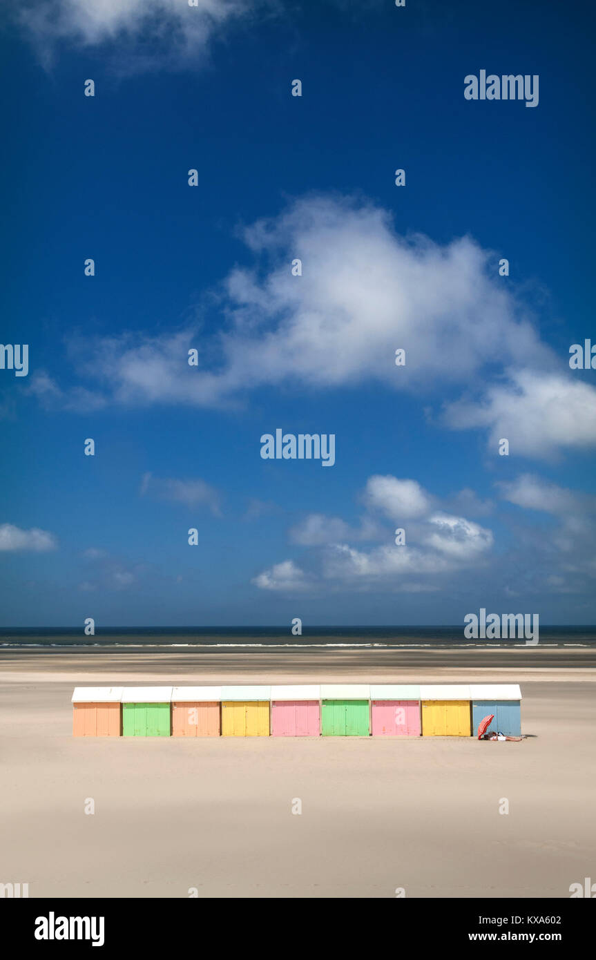 BEACH HUTS VISTA HOLIDAY SAND IDYLLIC DESERTED sun umbrella sunbathing couple on quiet deserted pure light sand - Stock Image