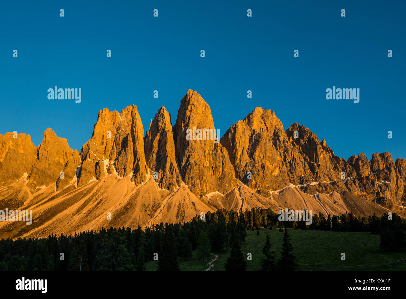 Sunset, glowing Geisler peaks, Villnösstal, Sass Rigais, Dolomites, South Tyrol, Italy - Stock Image