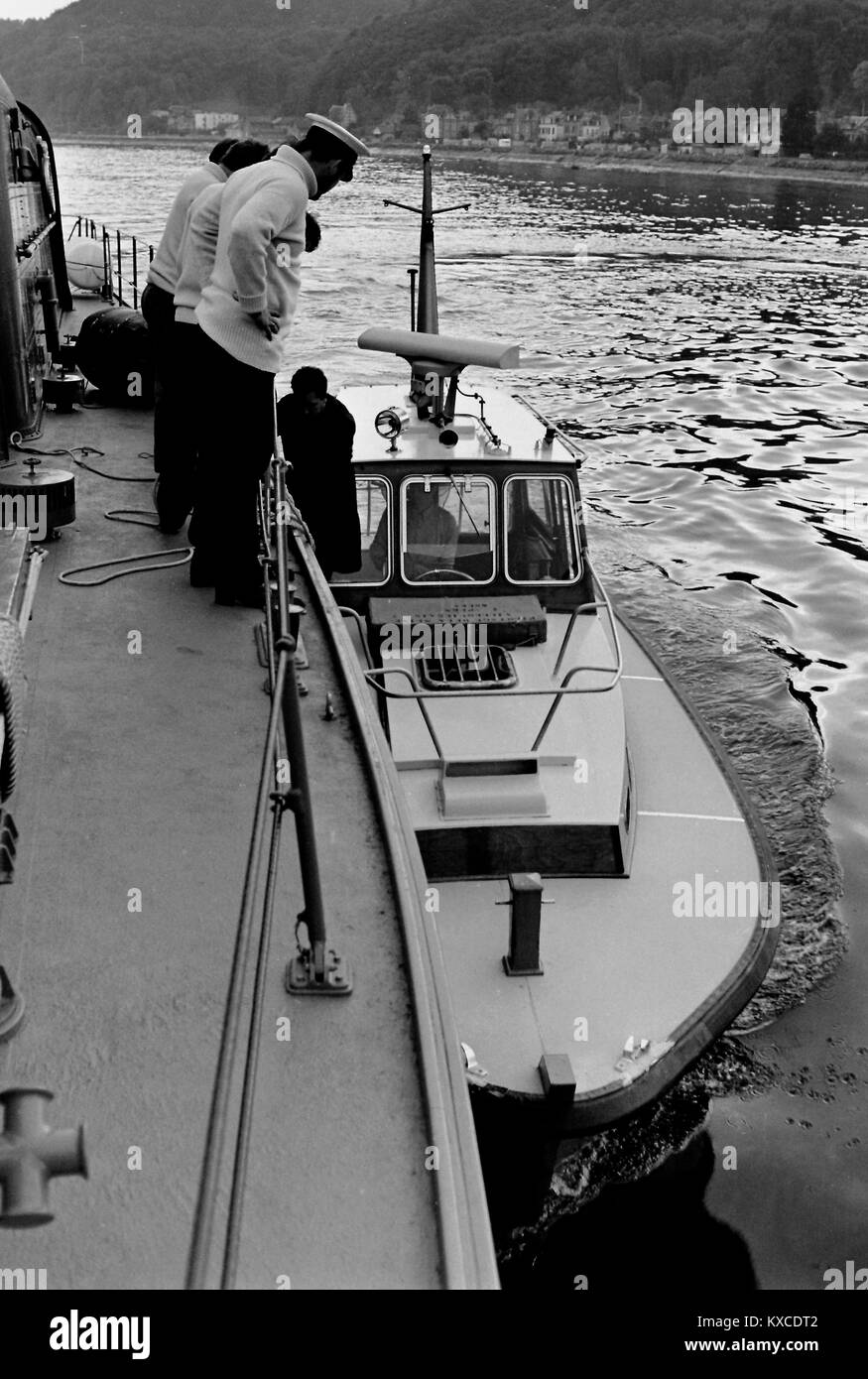 AJAXNETPHOTO. 1971. DUCLAIR, RIVER SEINE, FRANCE. - 38 KNOTS TO LE HAVRE - HMS SABRE VOYAGE TO PARIS - TAKING ON - Stock Image