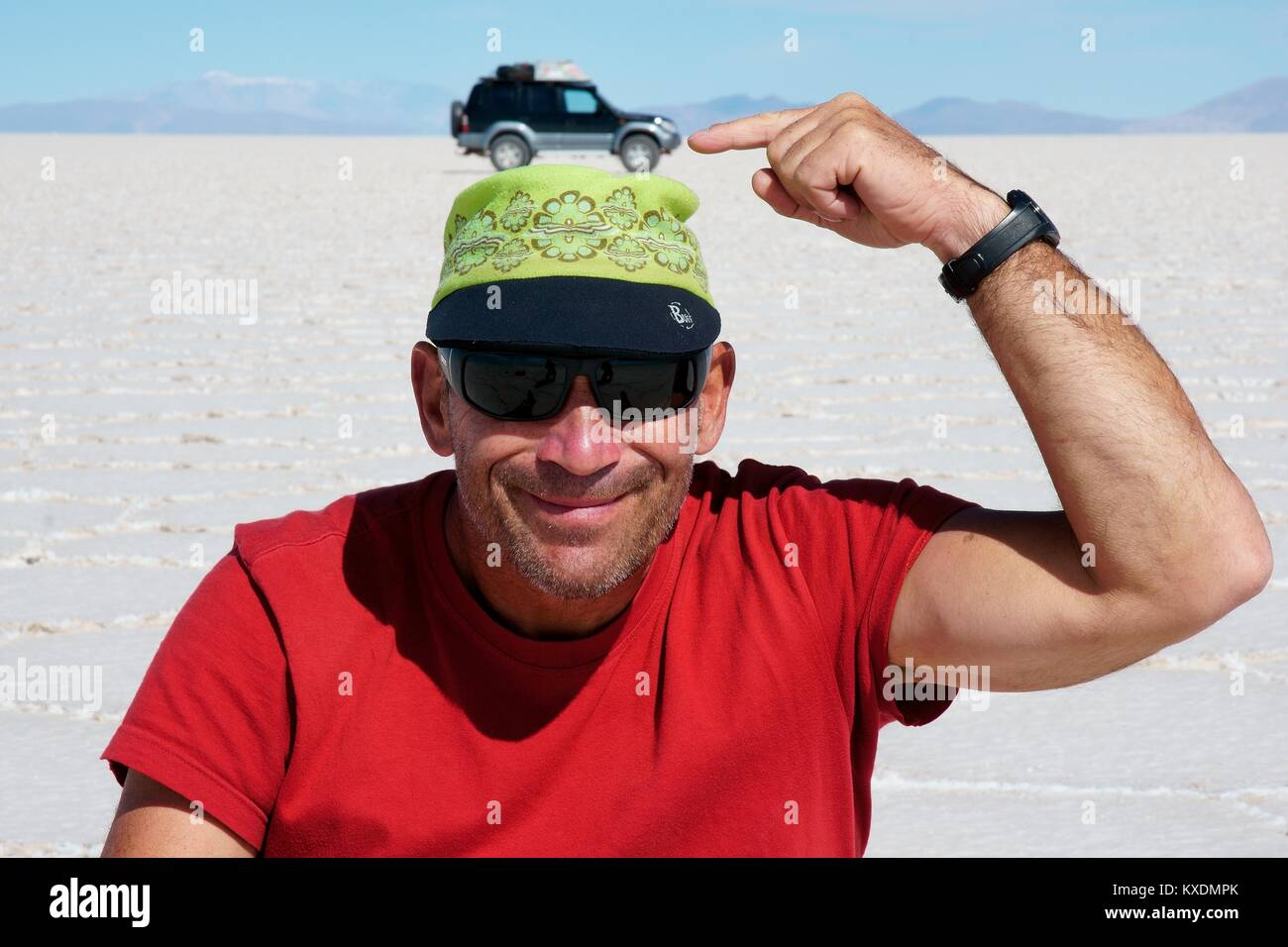 Optical illusion, SUV stands on top of a man's head, Salar de Uyuni, Uyuni, Potosi, Bolivia - Stock Image