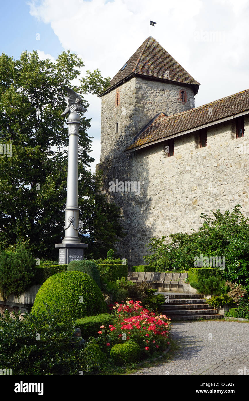 Column and castle in Rapperswil - Stock Image