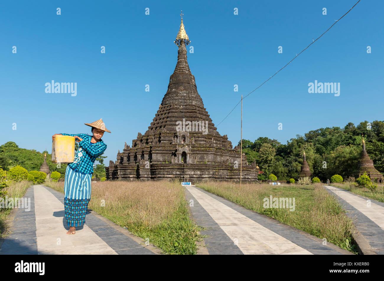 Woman worker at Sakya Man Aung Pagoda,Sakyamanaung Paya,Mrauk U,Burma,Myanmar - Stock Image