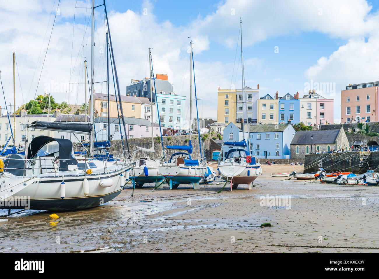 Boats in the bay at low tide in Tenby bay, Wales - Stock Image