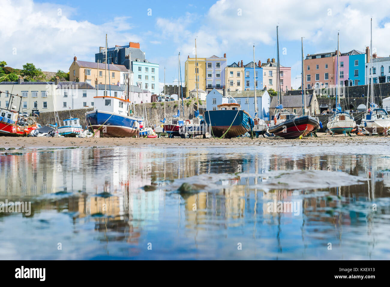 Boats in the bay at low tide with town view in Tenby bay, Wales - Stock Image