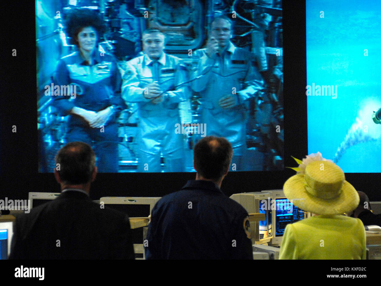 Queen Elizabeth, right, talks to the International Space Station crew along with NASA Astronaut Michael Foale, center, - Stock Image