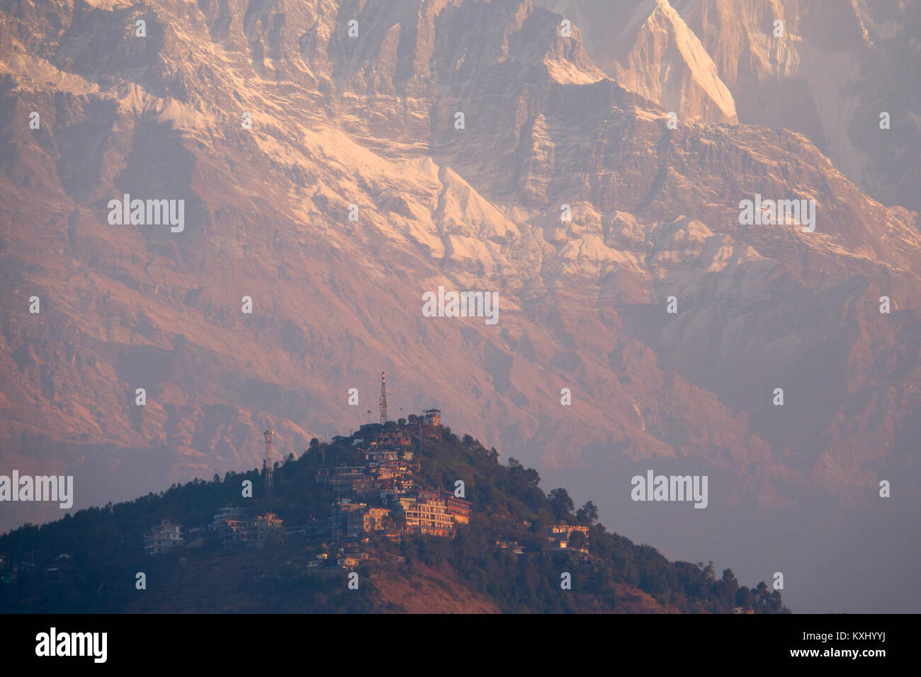 View of Sarankot dwarfed by the Annapurna mountains in the background, Neapl - Stock Image