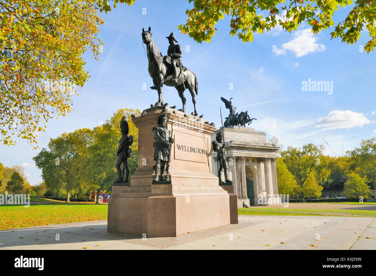 Duke of Wellington statue and Wellington Arch, Hyde Park Corner, London, England, UK - Stock Image