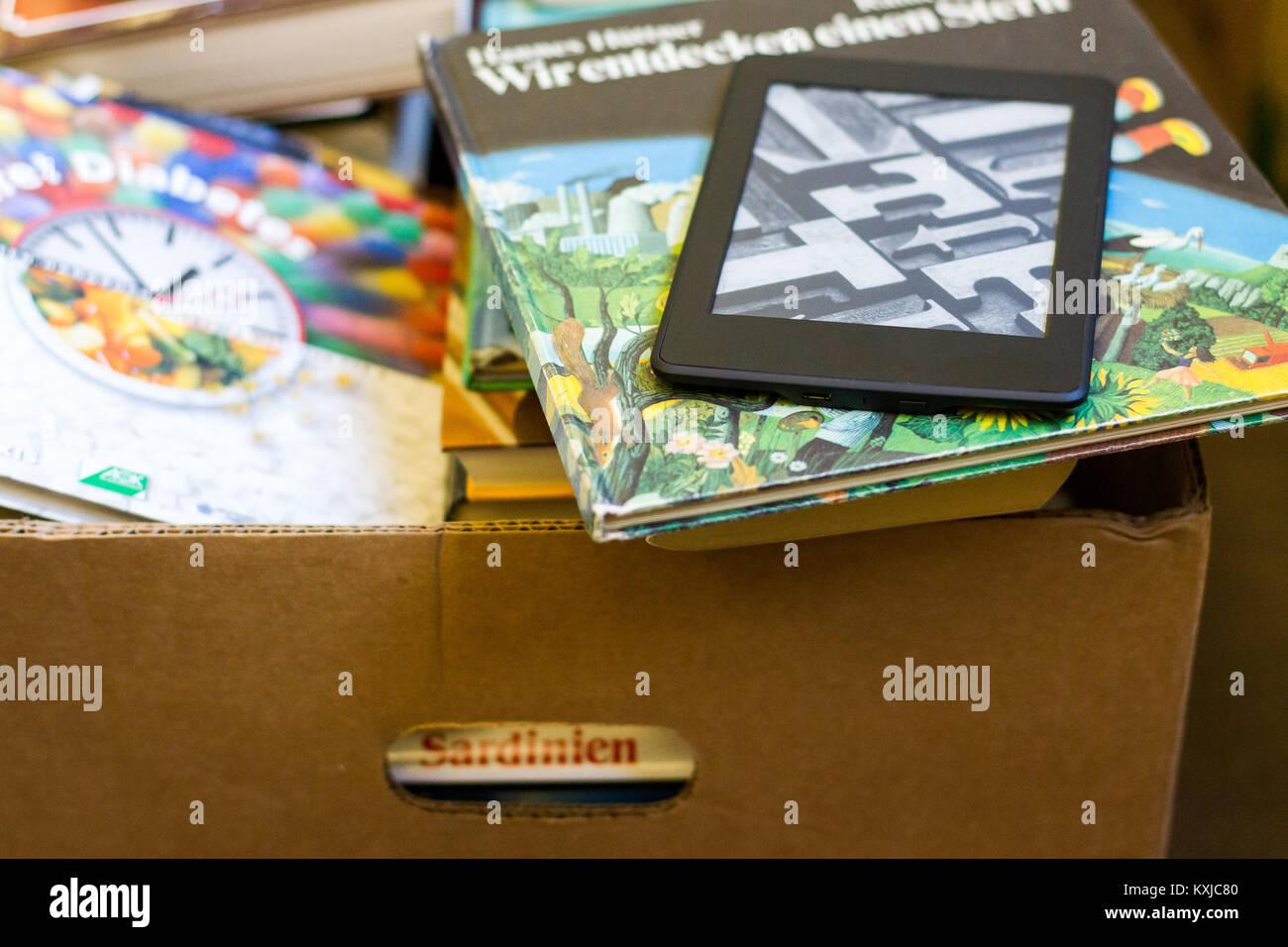 aussortierte verdrängte Bücher durch moderne Medien - Stock Image