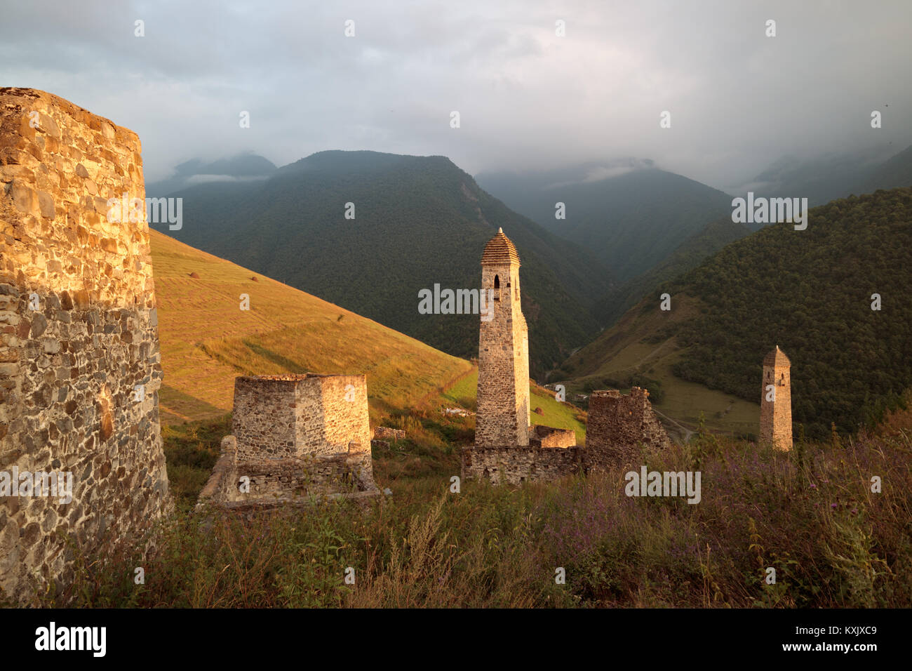 Golden sunset in Chechen/Ingush mountains, Erzi medieval architecture, North Caucasus - Stock Image