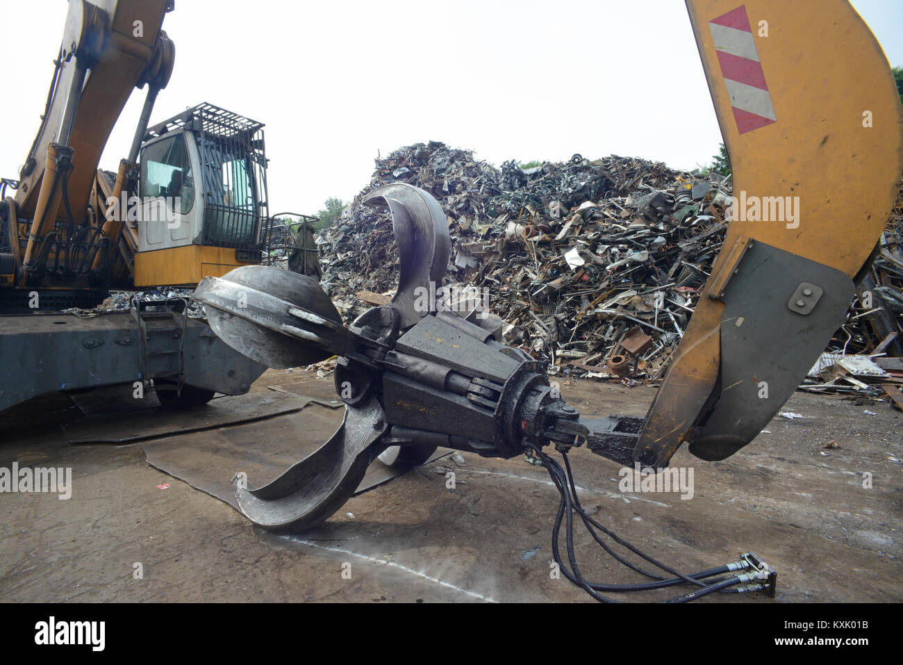 giant grab on crane processing waste electrical and eletronic equipment (weee) at scrapyard leeds yorkshire united - Stock Image