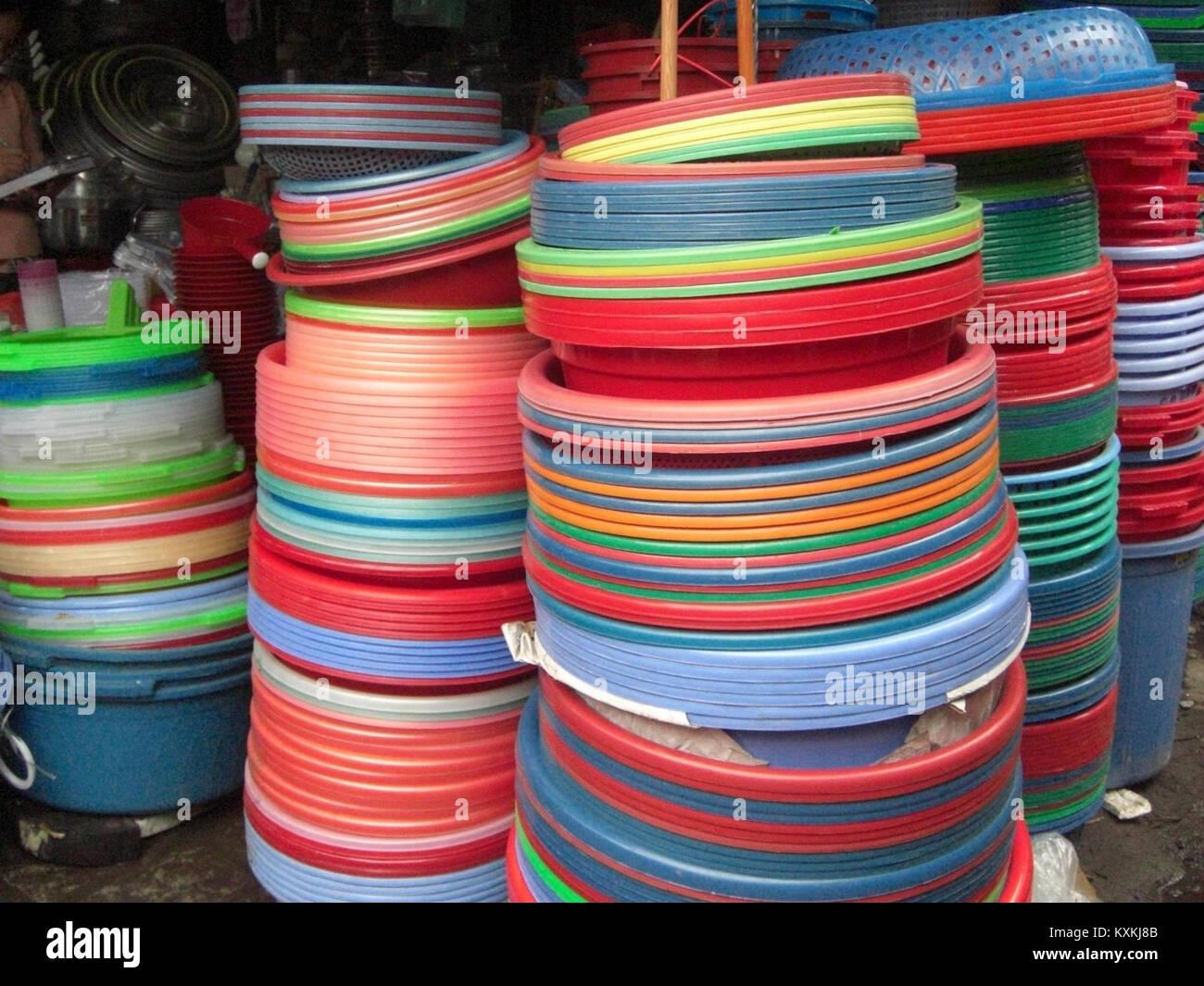 Bassines de toutes les couleurs marché à Hanoi - Stock Image