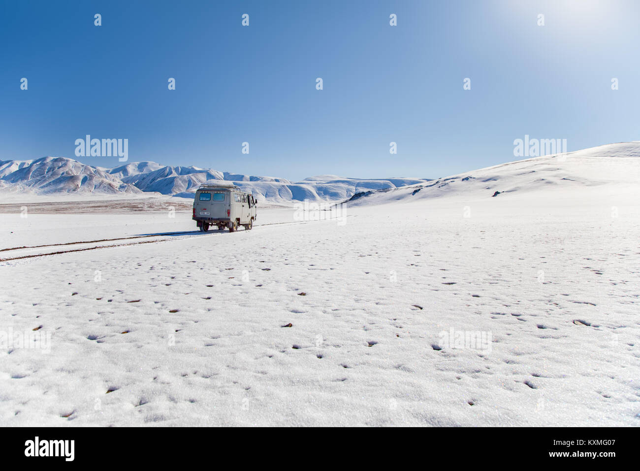 Russian van UAZ 452 camper dslr zoom lengs sigma 150-600mm snow winter Mongolia snowy mountains - Stock Image