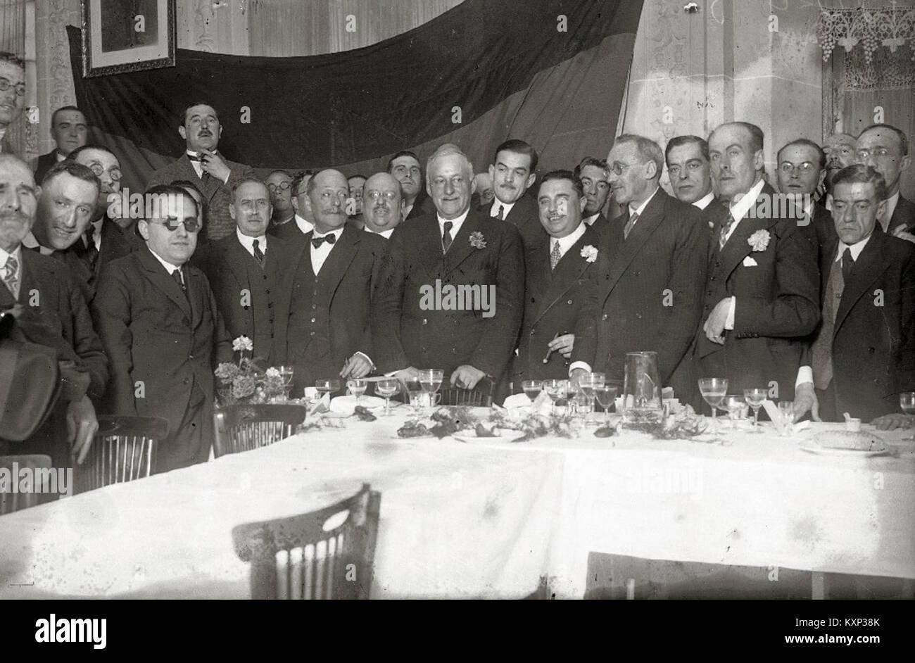 El general Miguel Primo de Rivera acompañado de un grupo de hombres en un restaurante (1 de 1) - Fondo Car - Stock Image