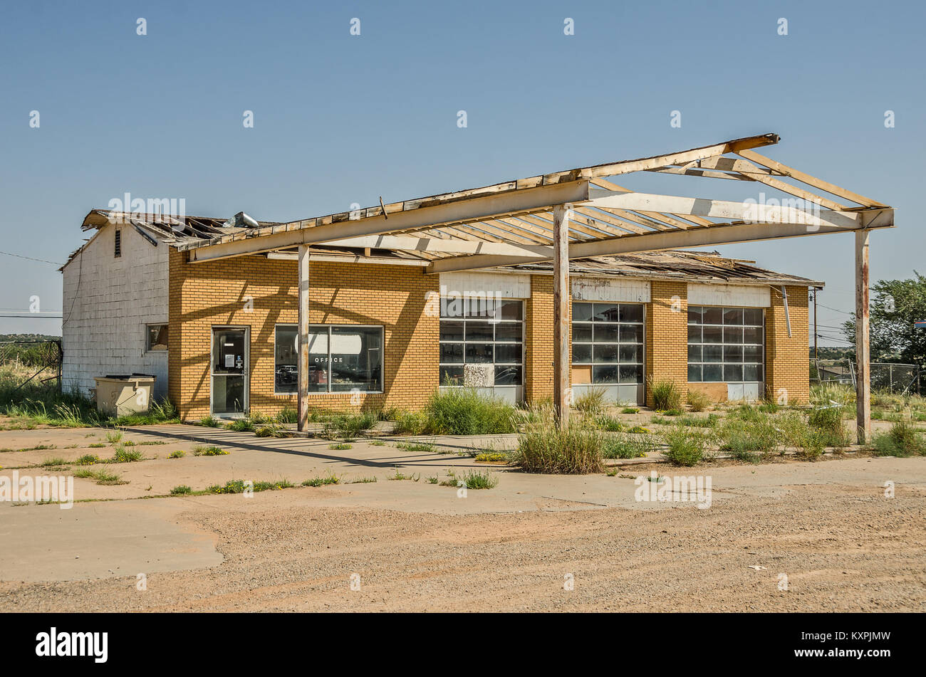 Former service station and repair shop on Route 66 is badly in need of a new roof Stock Photo