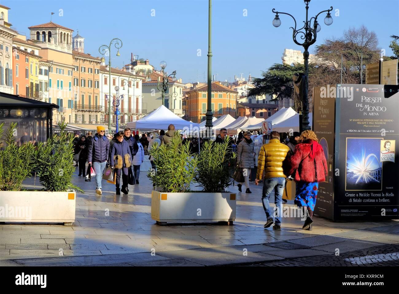 Liston square, Piazza Bra, Verona, Veneto region, Italy. People shopping at the Xmas market - Stock Image