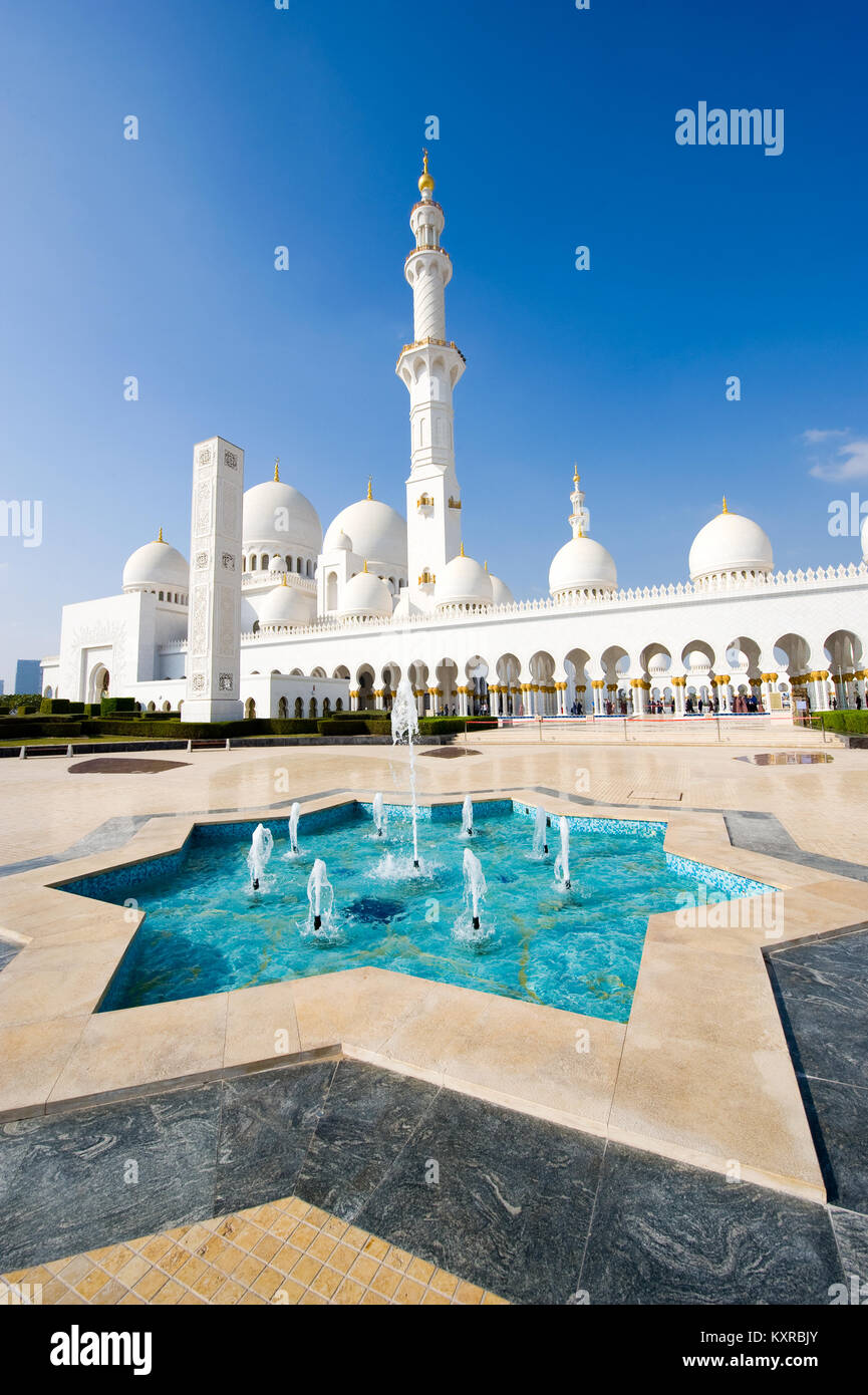 ABU DHABI, UNITED ARAB EMIRATES - DEC 28, 2017: Exterior of the Sheikh Zayed Mosque in Abu Dhabi. It is the largest - Stock Image