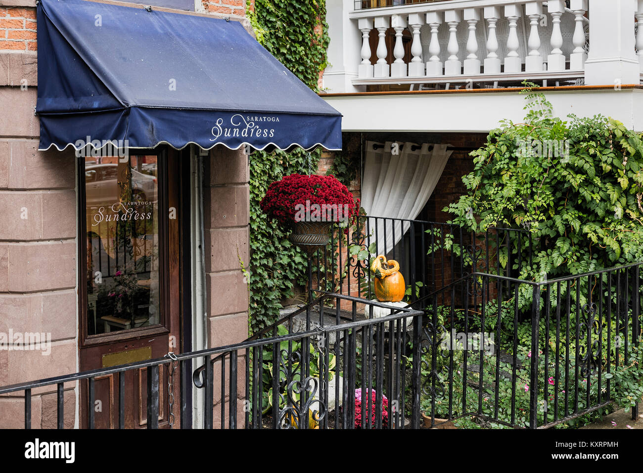 Charming dress shop in Saratoga Springs, New York, USA. - Stock Image