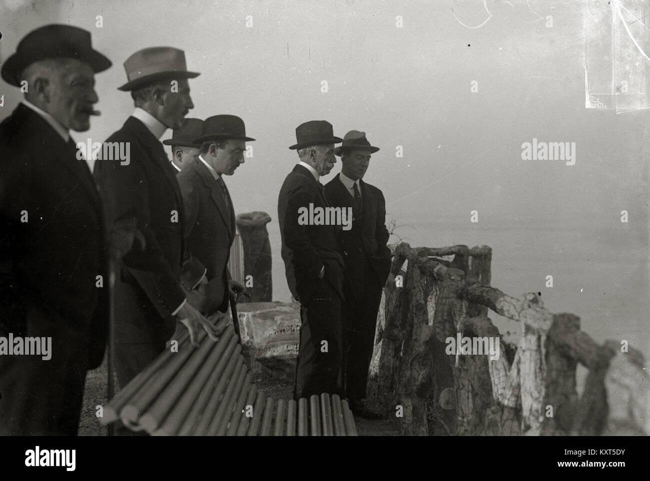 El alcalde de San Sebastián, Carlos de Uhagón, con un grupo de hombres (2 de 2) - Fondo Car-Kutxa Fototeka Stock Photo