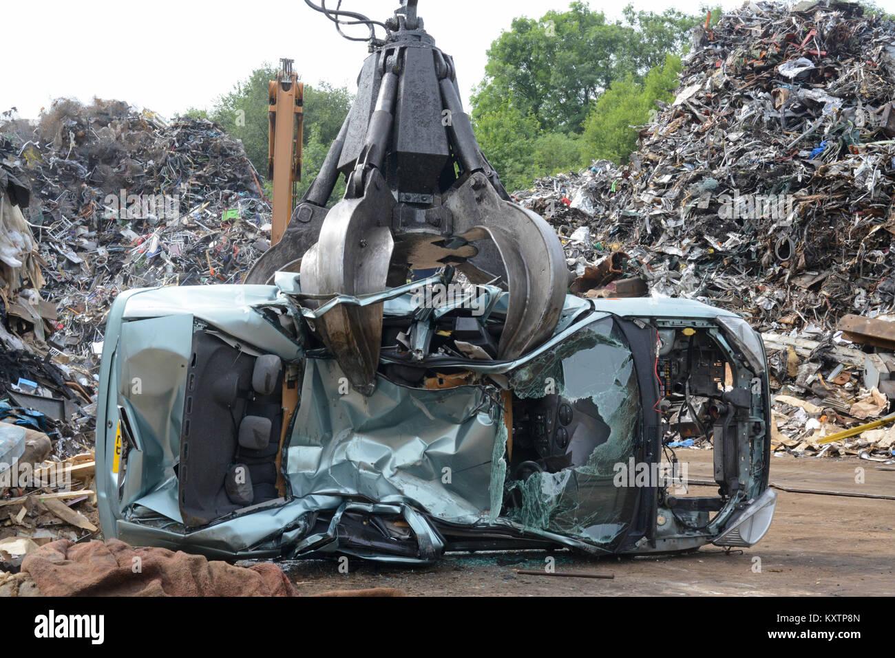 giant claws of grab arm crushing car at scrapyard leeds yorkshire united kingdom - Stock Image