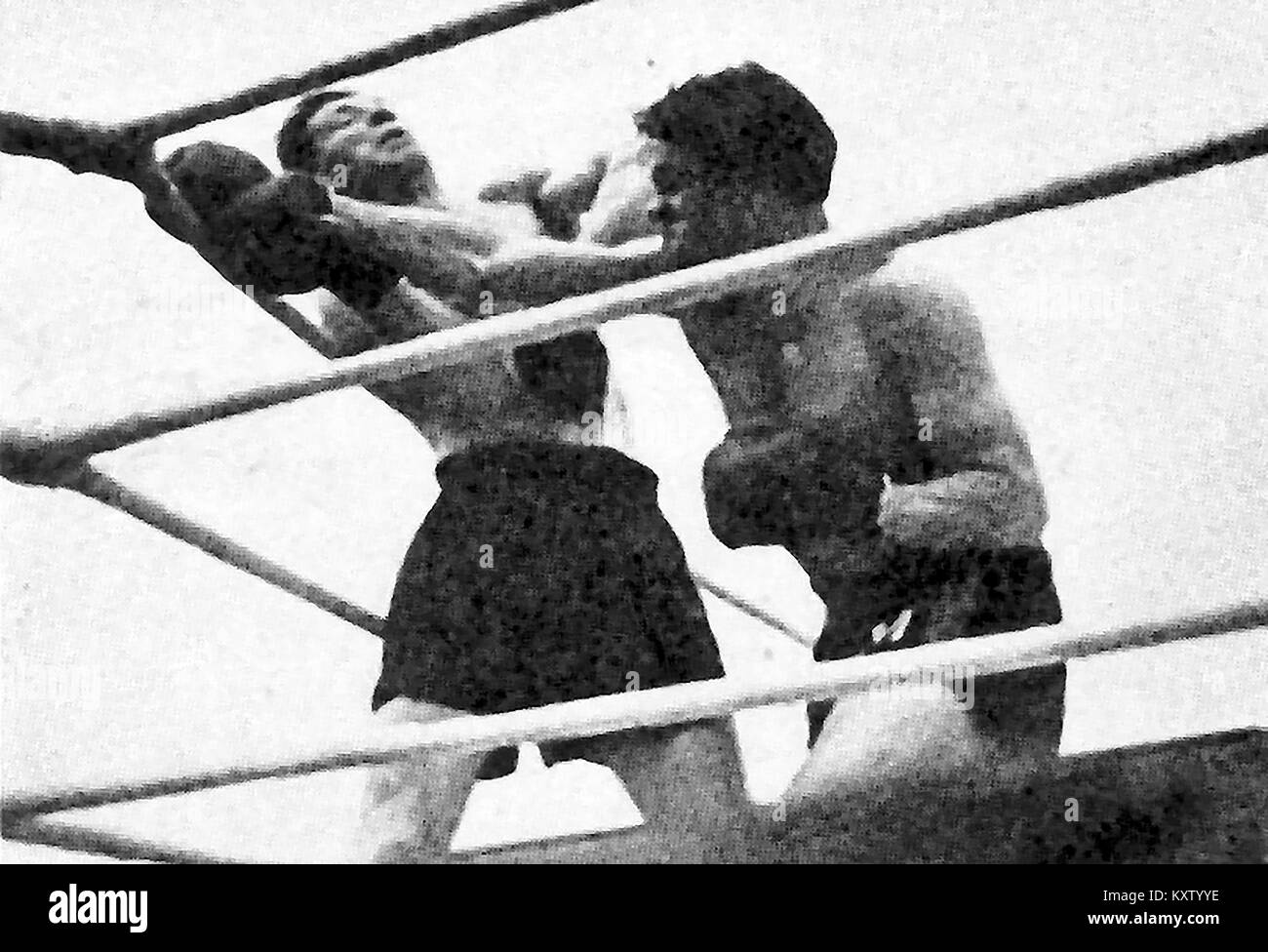 Combat Sport - British Boxing history - Boxing - A  newspaper photograph of the Light Heavy Weight contest between - Stock Image
