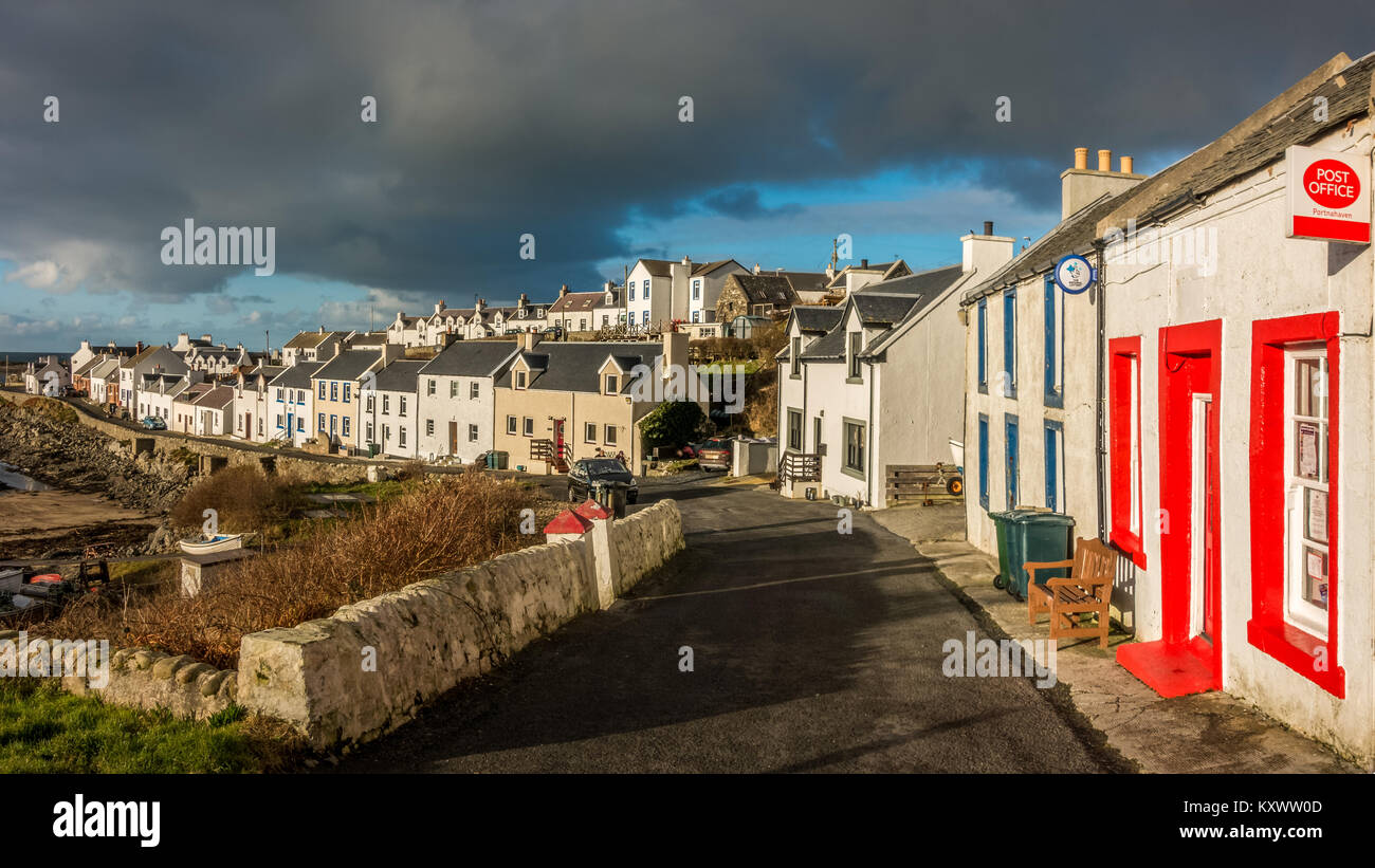 Portnahaven: picturesque panorama of whitewashed houses on a sunny day, Isle of Islay - Stock Image