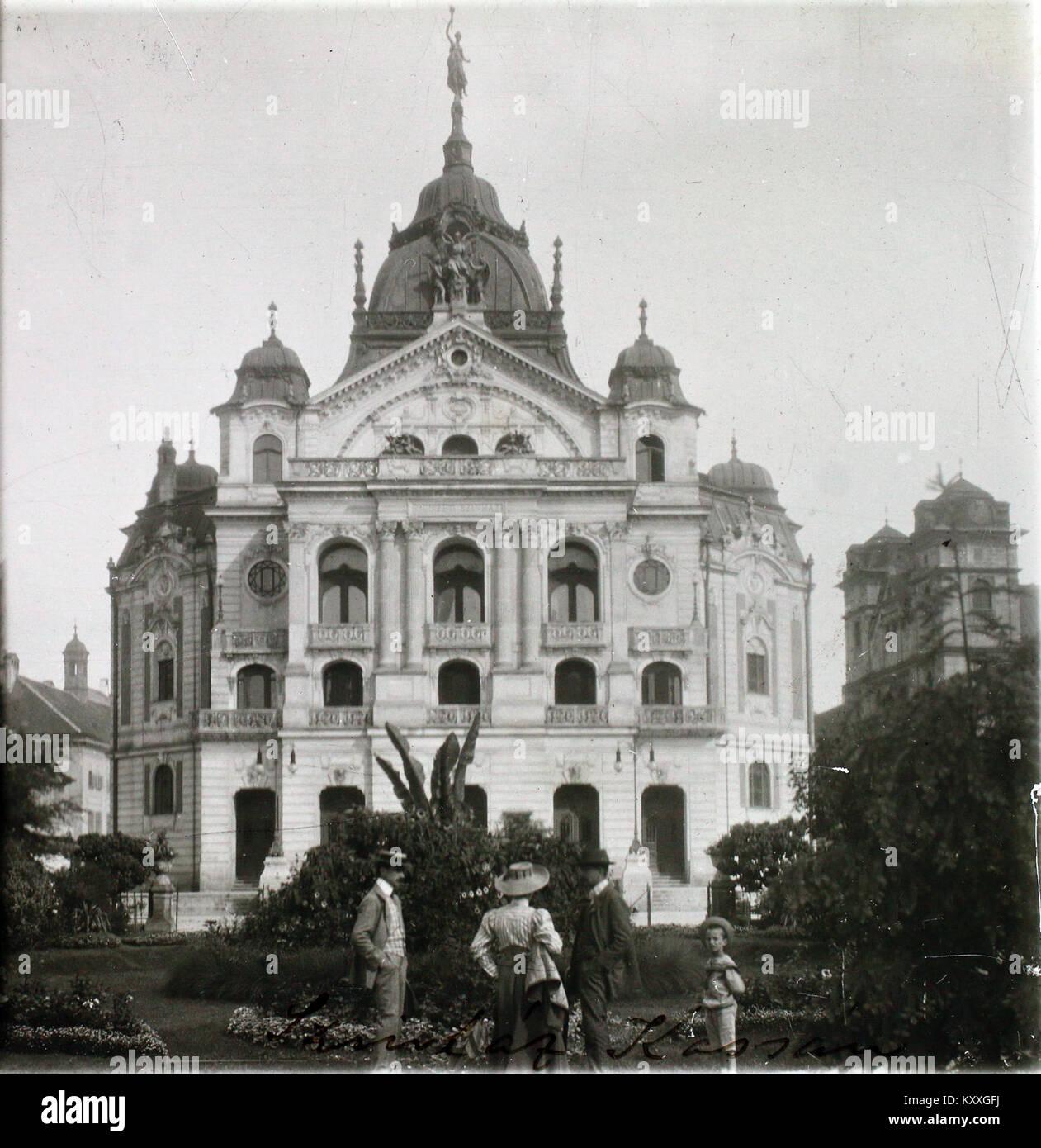 Fő tér (Hlavné namestie), szemben az Állami Színház, jobbra a Szentháromság-templom. - Stock Image