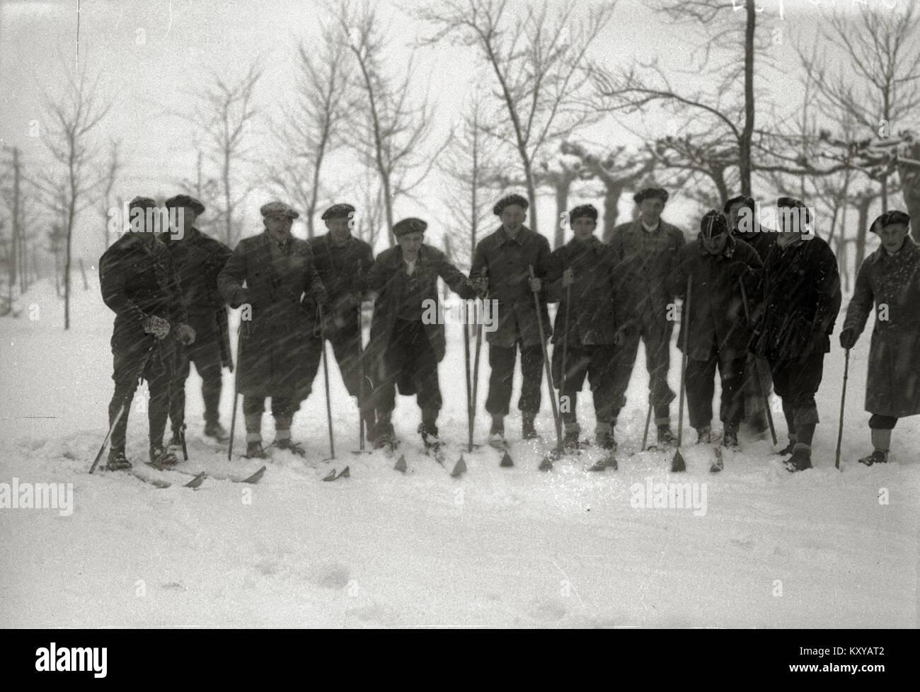 Grupo de hombres con esquís hacia el santuario de Arantzazu (2 de 4) - Fondo Car-Kutxa Fototeka - Stock Image