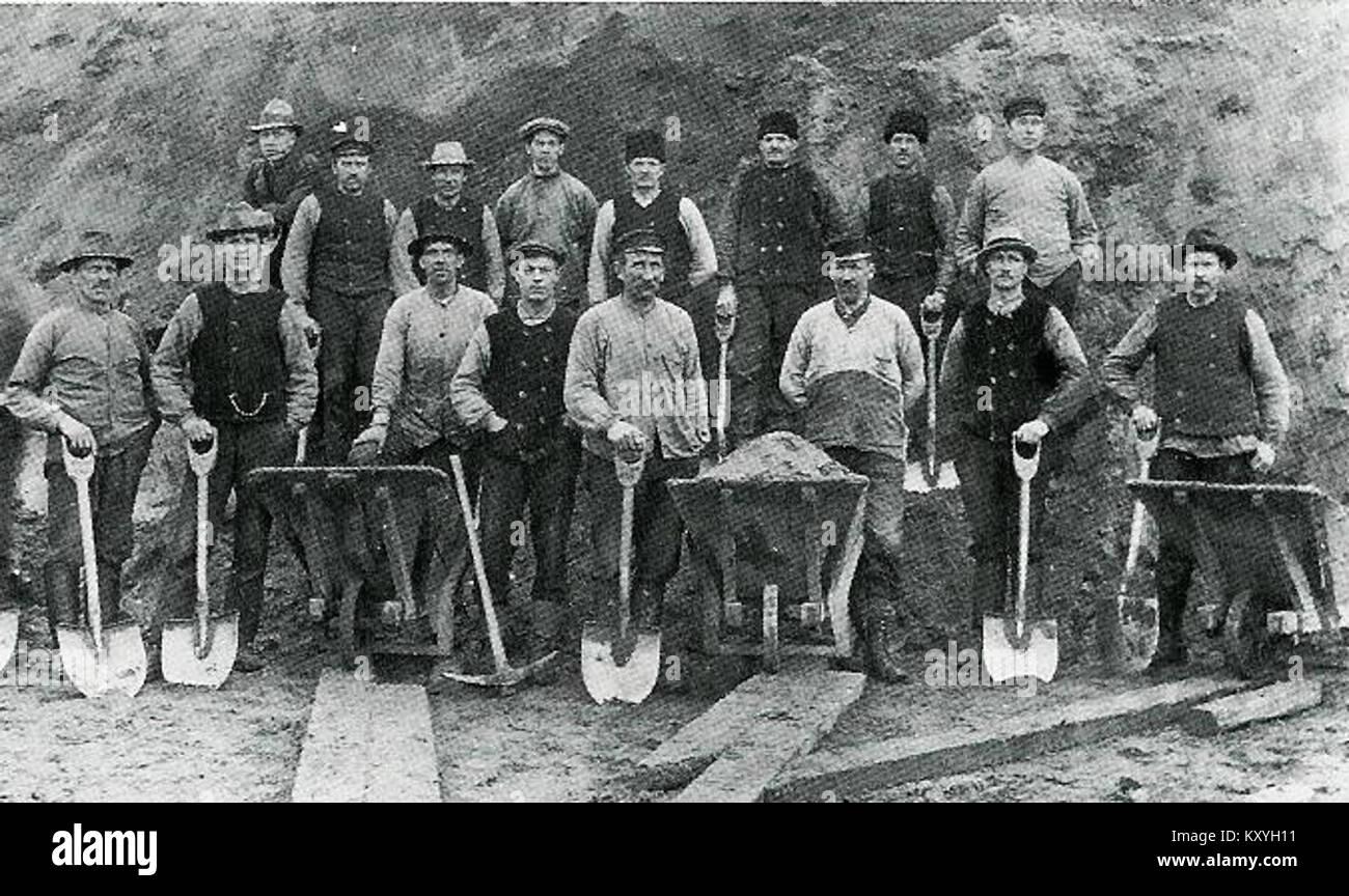 HAKARP 1920 HUSQVARNA ARBETARE VID ÅDALSVÄGEN - Stock Image