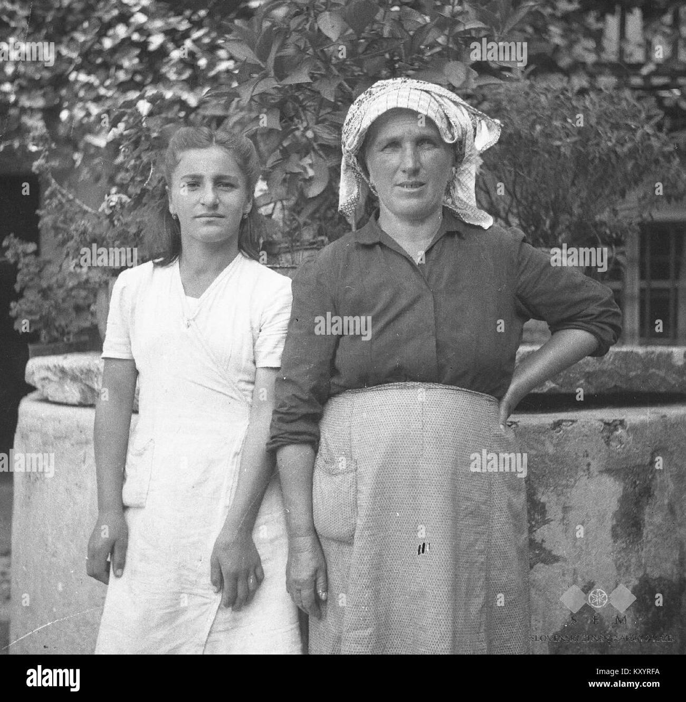 Helena Paušin s hčerko Marijo (Meri). Robidišče 1951 - Stock Image