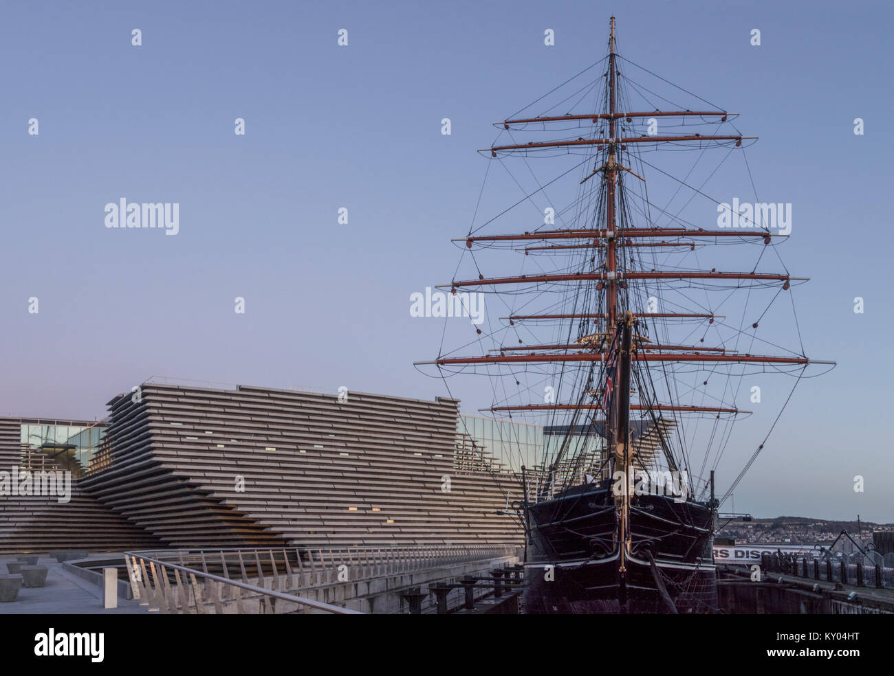 The V&A design museum has been sited next to the RRS Discovery as part of Dundee's waterfront development, Scotland, Stock Photo