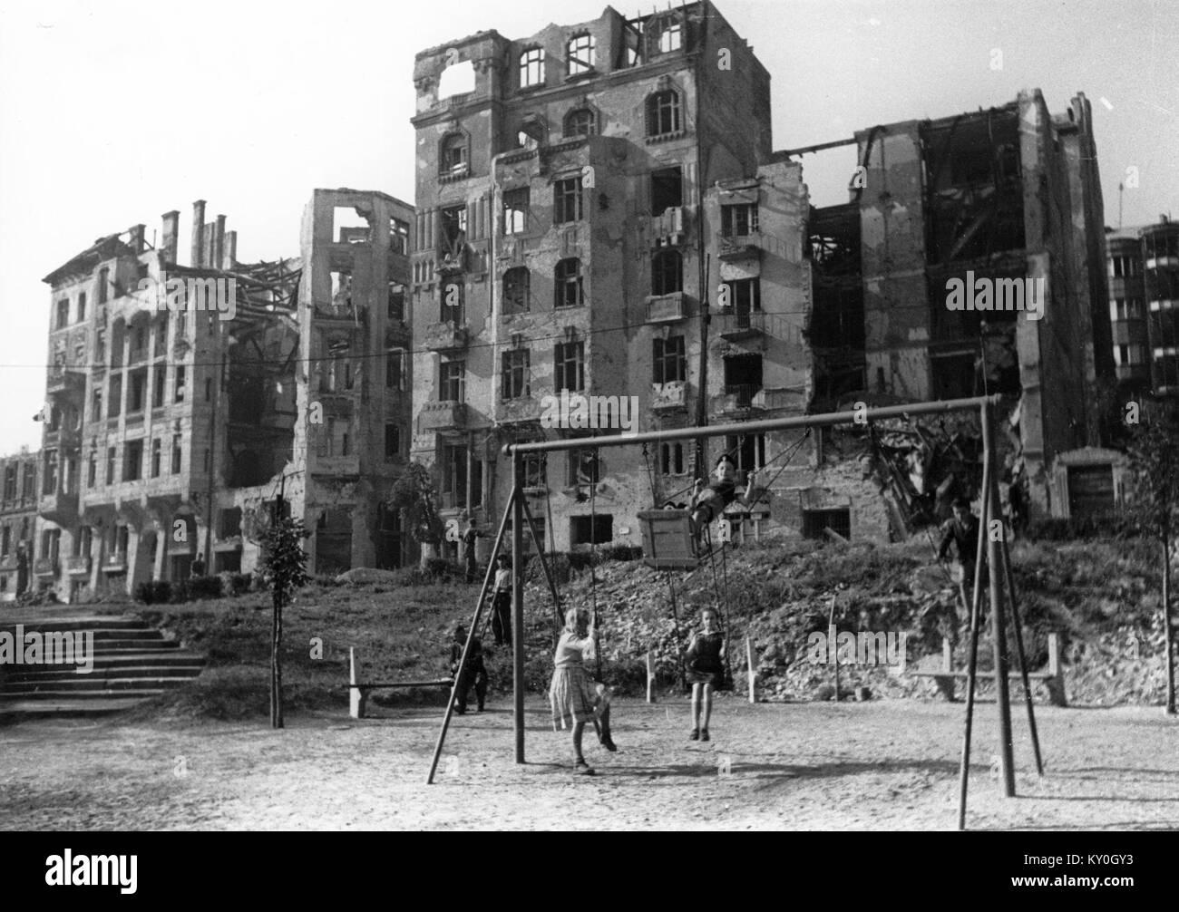 Háttérben a Krisztina körút lerombolt épületei. Fortepan 60167 - Stock Image