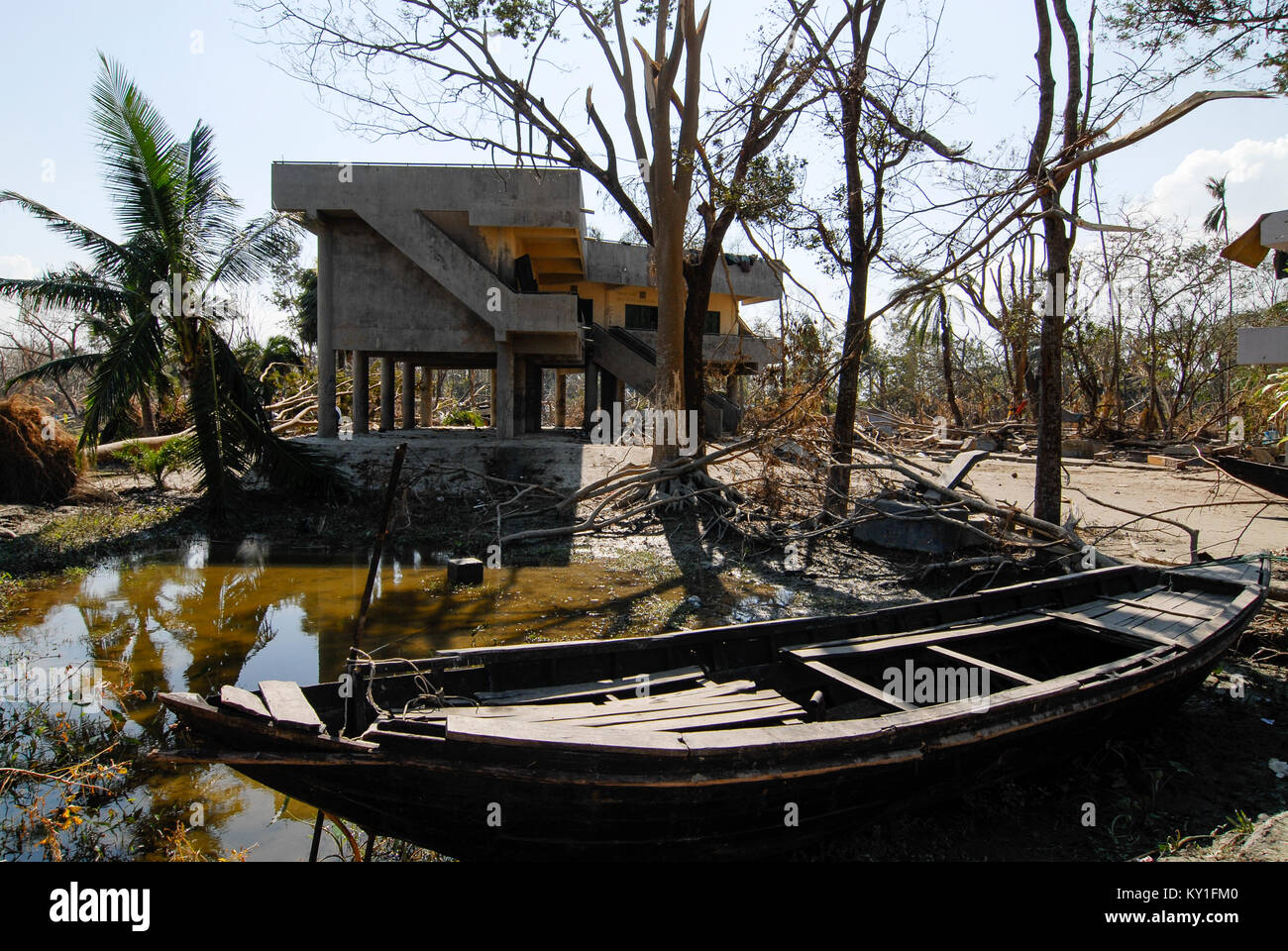 BANGLADESH , cyclone Sidr and high tide destroy villages in Southkhali in District Bagerhat , cyclone flood shelter - Stock Image