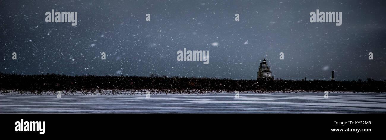 Grey skies and a morning snowstorm at the Lake Michigan port of Manitowoc, Wisconsin. - Stock Image