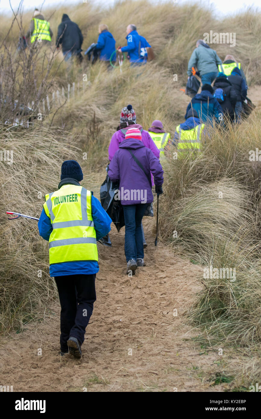 Aindsdale, Southport. 12th December, 2018. UK Weather. Foggy day for Beach Clean volunteers and additional community - Stock Image
