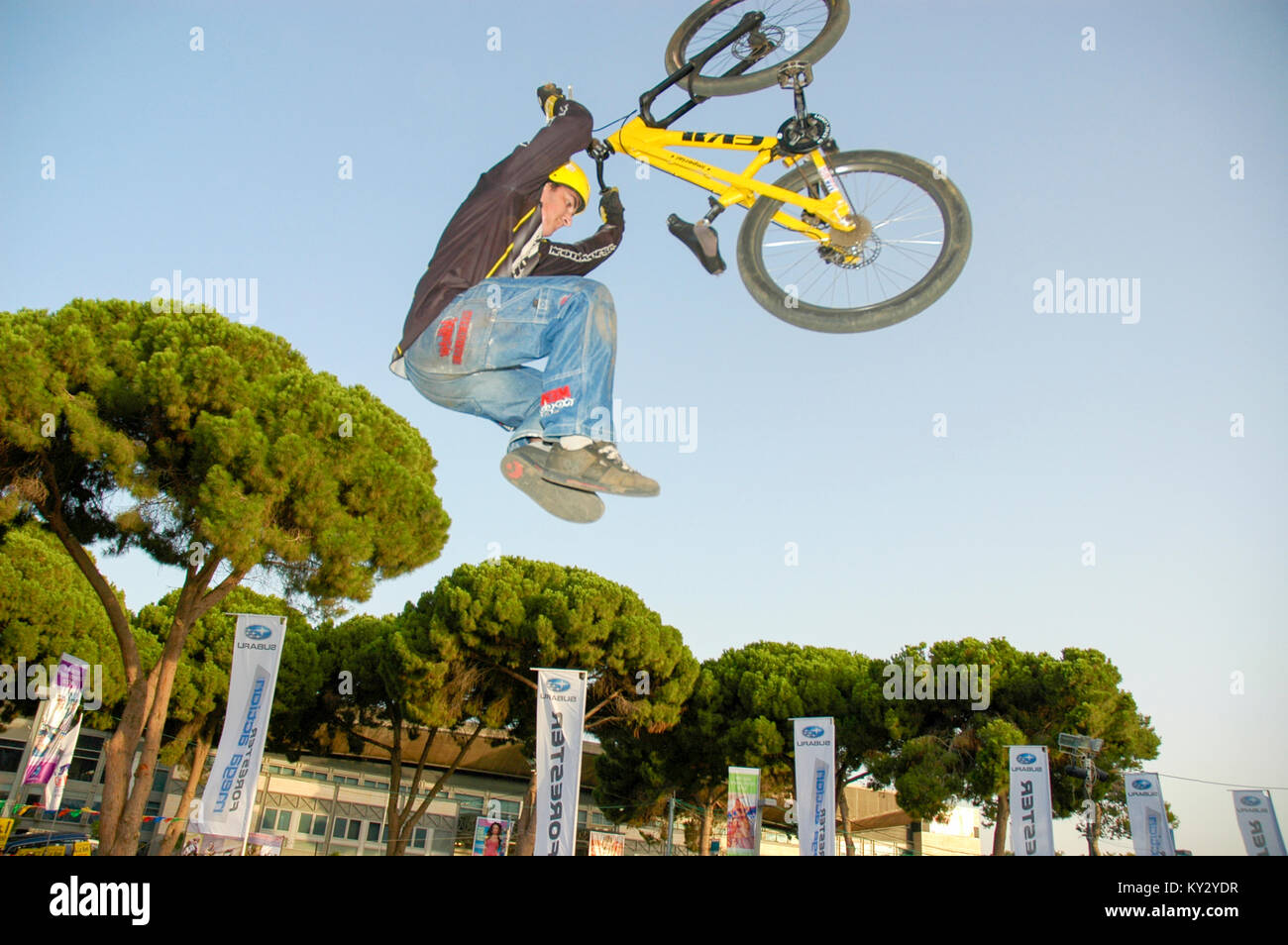 Extreme Bicycle sport jump The rider hanging below the bike - Stock Image