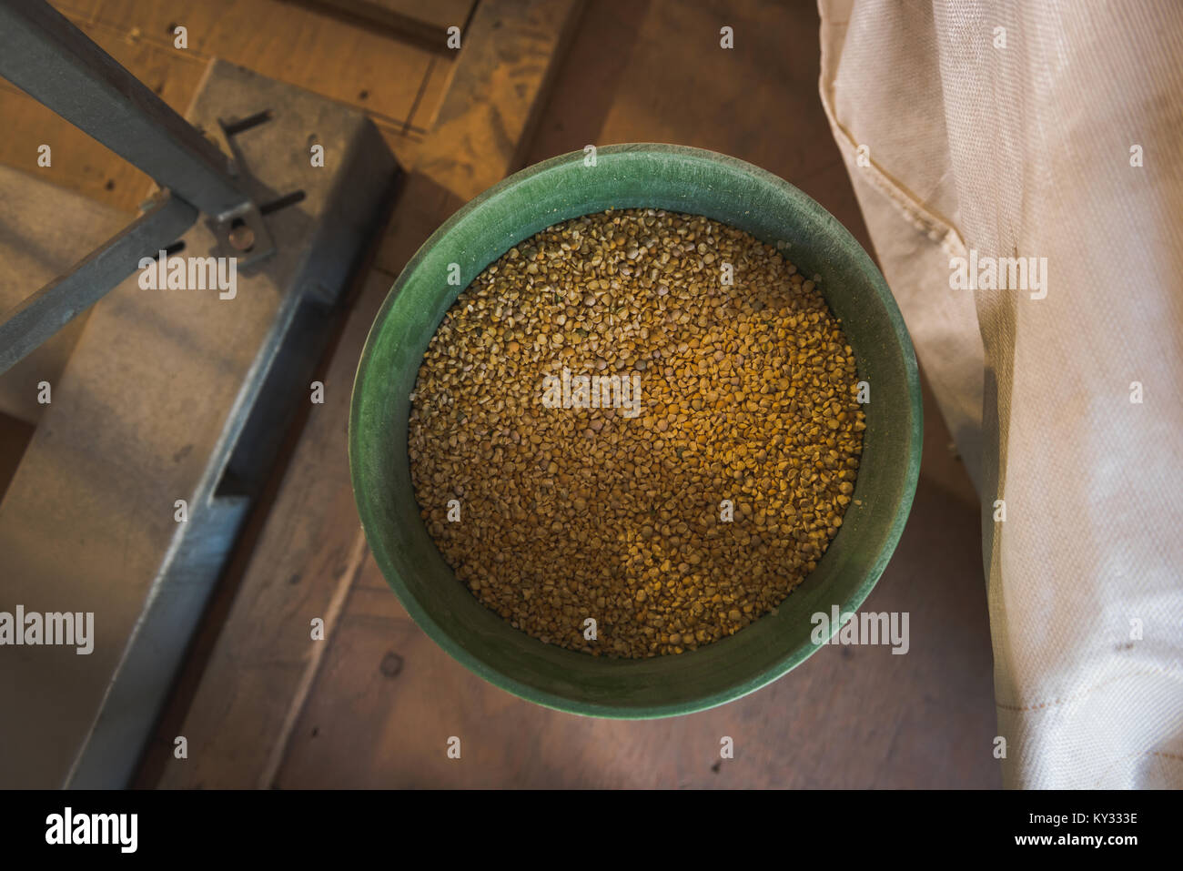 Refined wheat in bucket - Stock Image