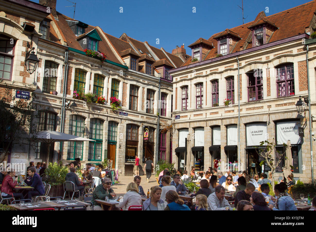 "Atmosphere in a pedestrianized street of the Old Town of Lille (northern France), ""Place aux Oignons' (Onion - Stock Image"