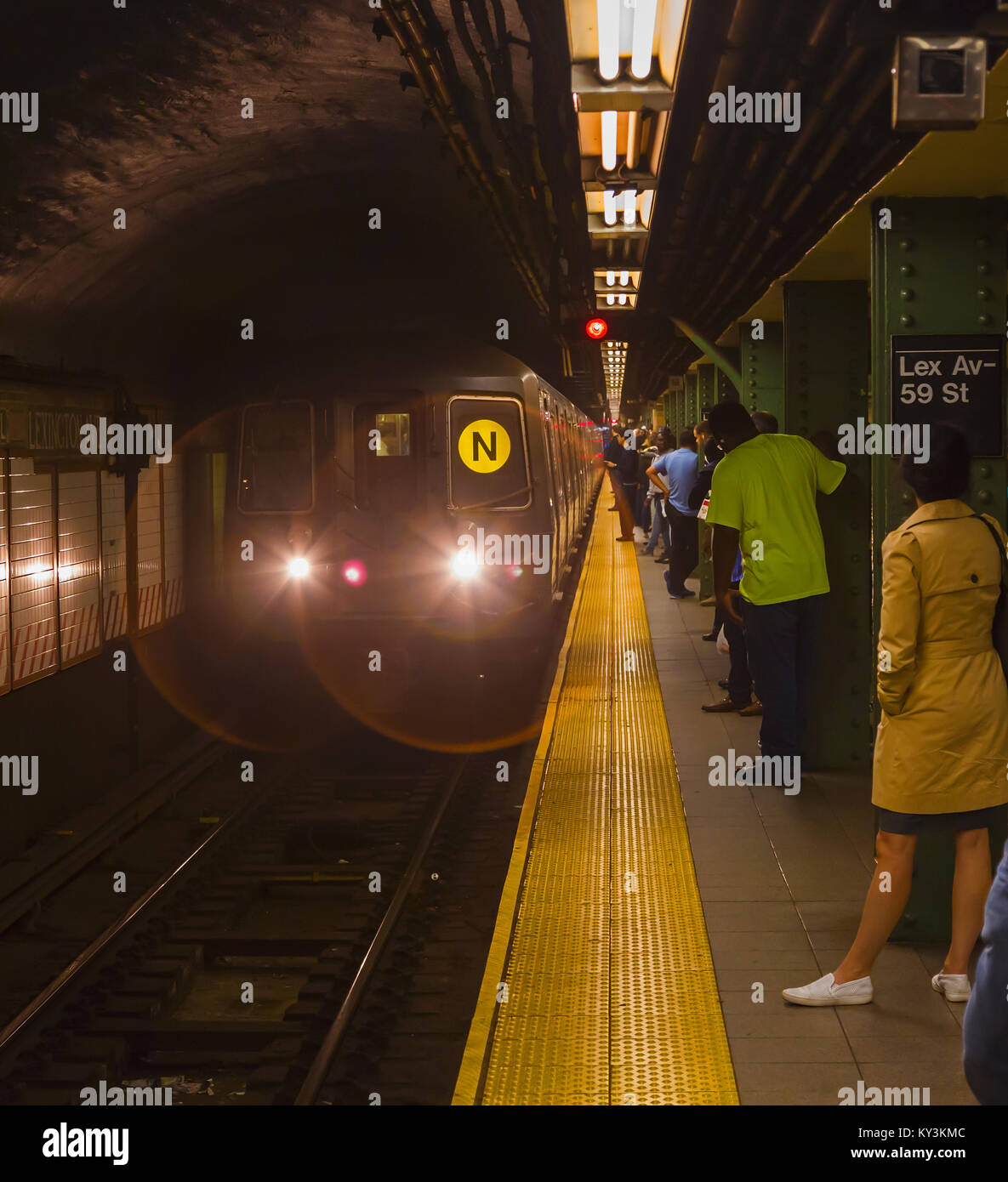 New York, New York State, United States of America.  Train arriving at Lexington Avenue New York City Subway station. - Stock Image