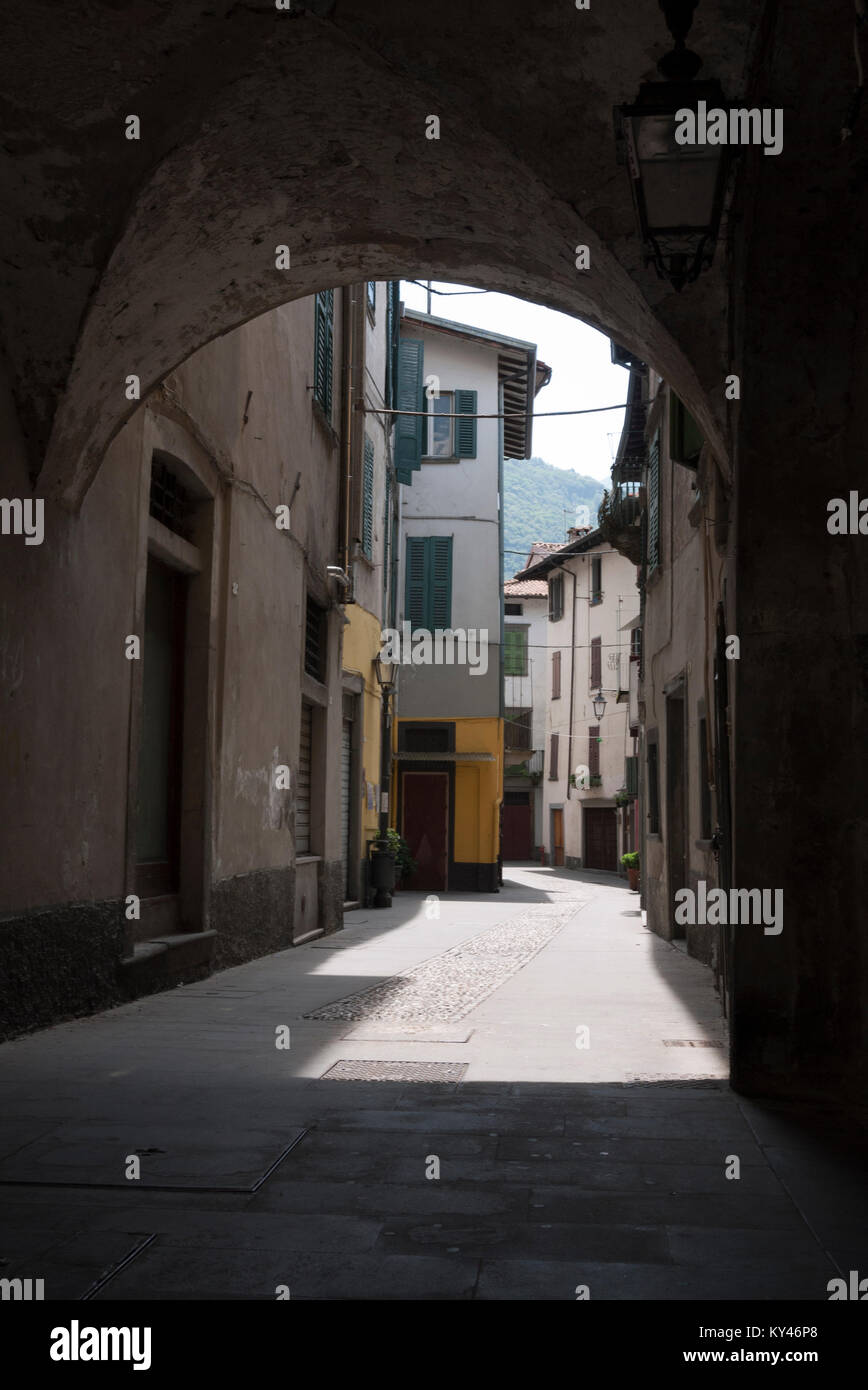 Shaded alleyway in a quiet corner of Pisogne, Iseo, Northern Italy - Stock Image