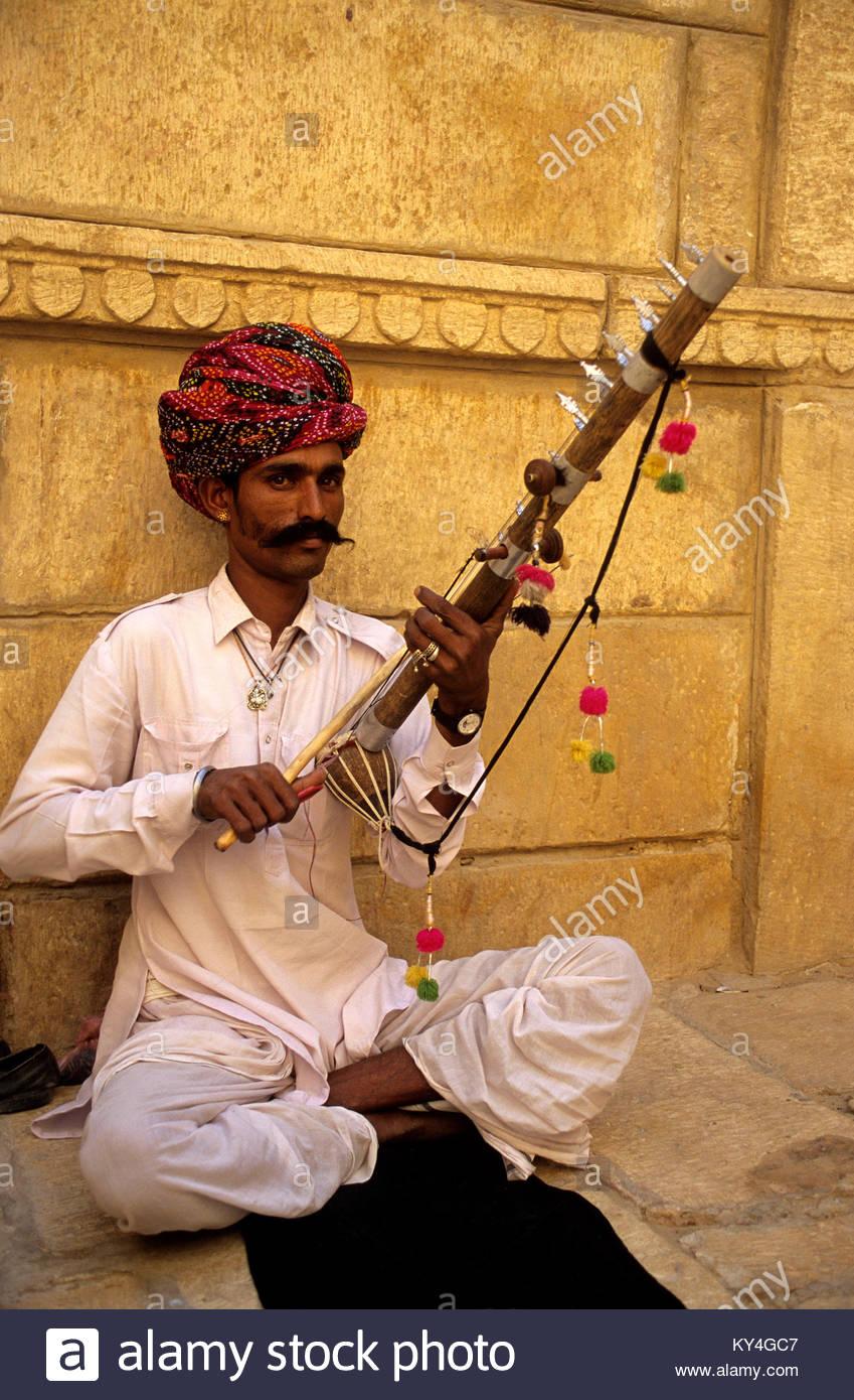 Rajasthan, Jaipur, joueur de rawanata. *** Musician playing rawanata. Jaipur, Rajasthan. - Stock Image