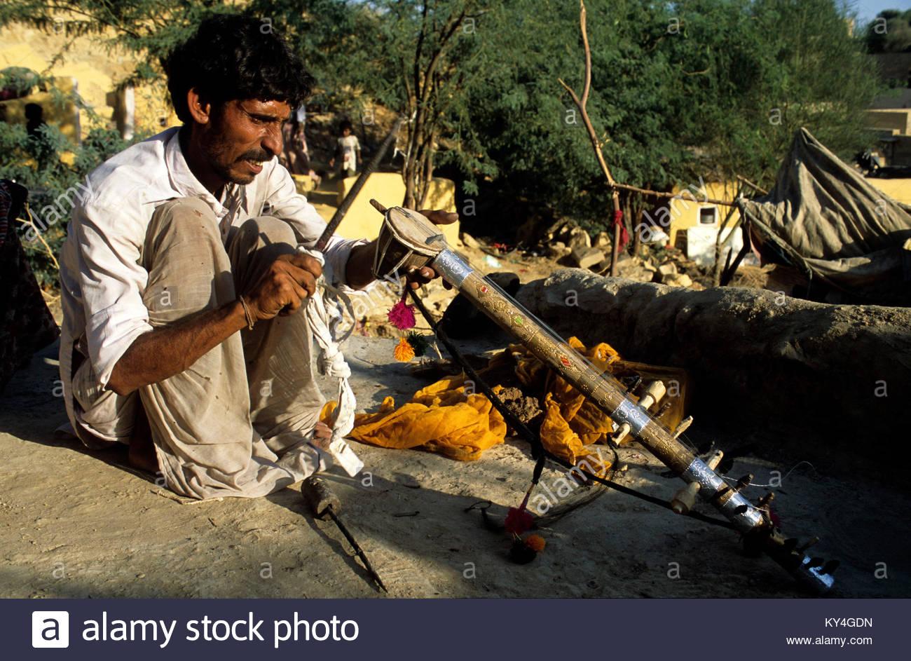 Rajasthan, Jaisalmer, Ghasi, fabricant de rawanata. *** A man is making a rawantana, musical instrument, Jaisalmer, - Stock Image