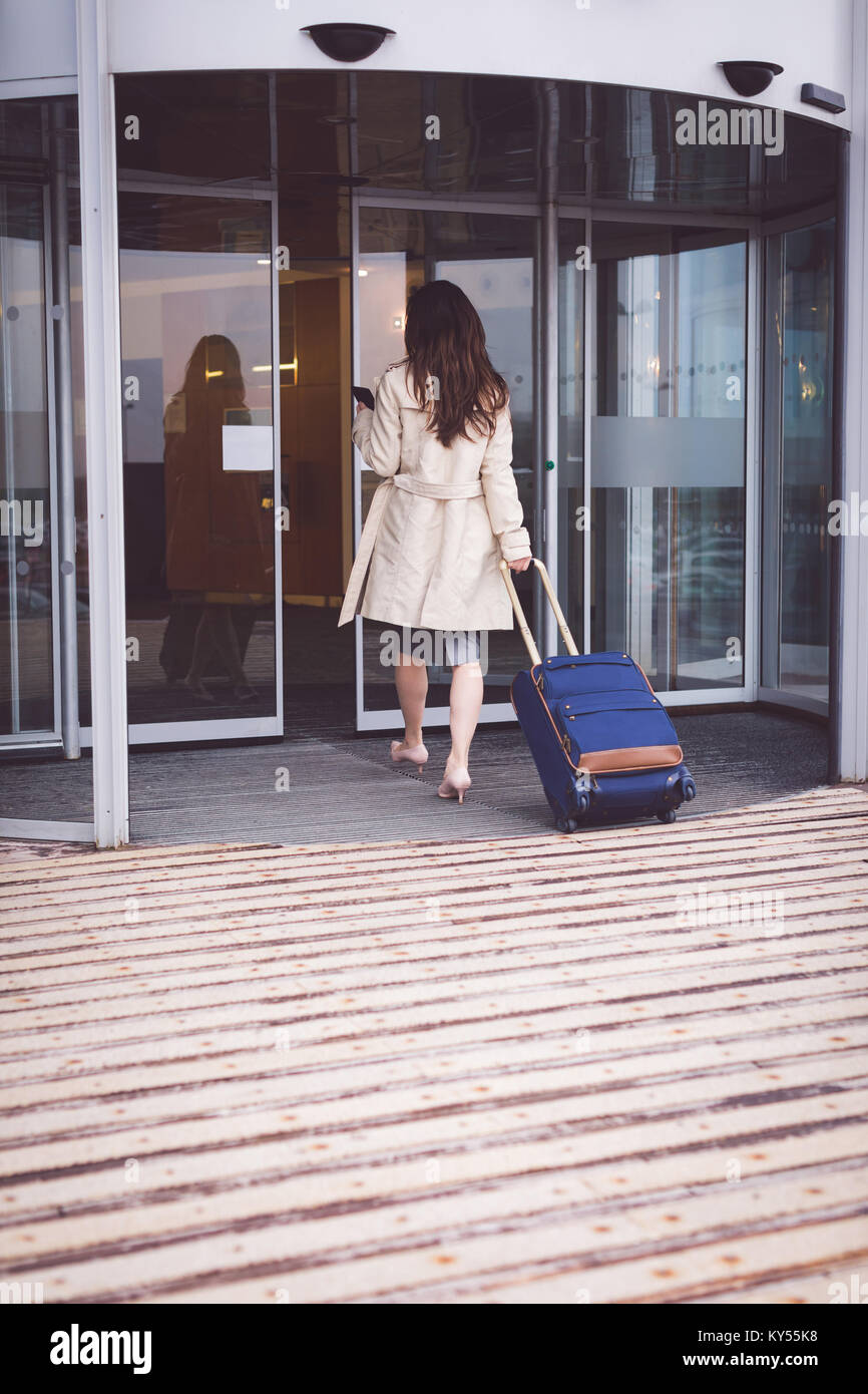 Businesswoman arriving in hotel - Stock Image