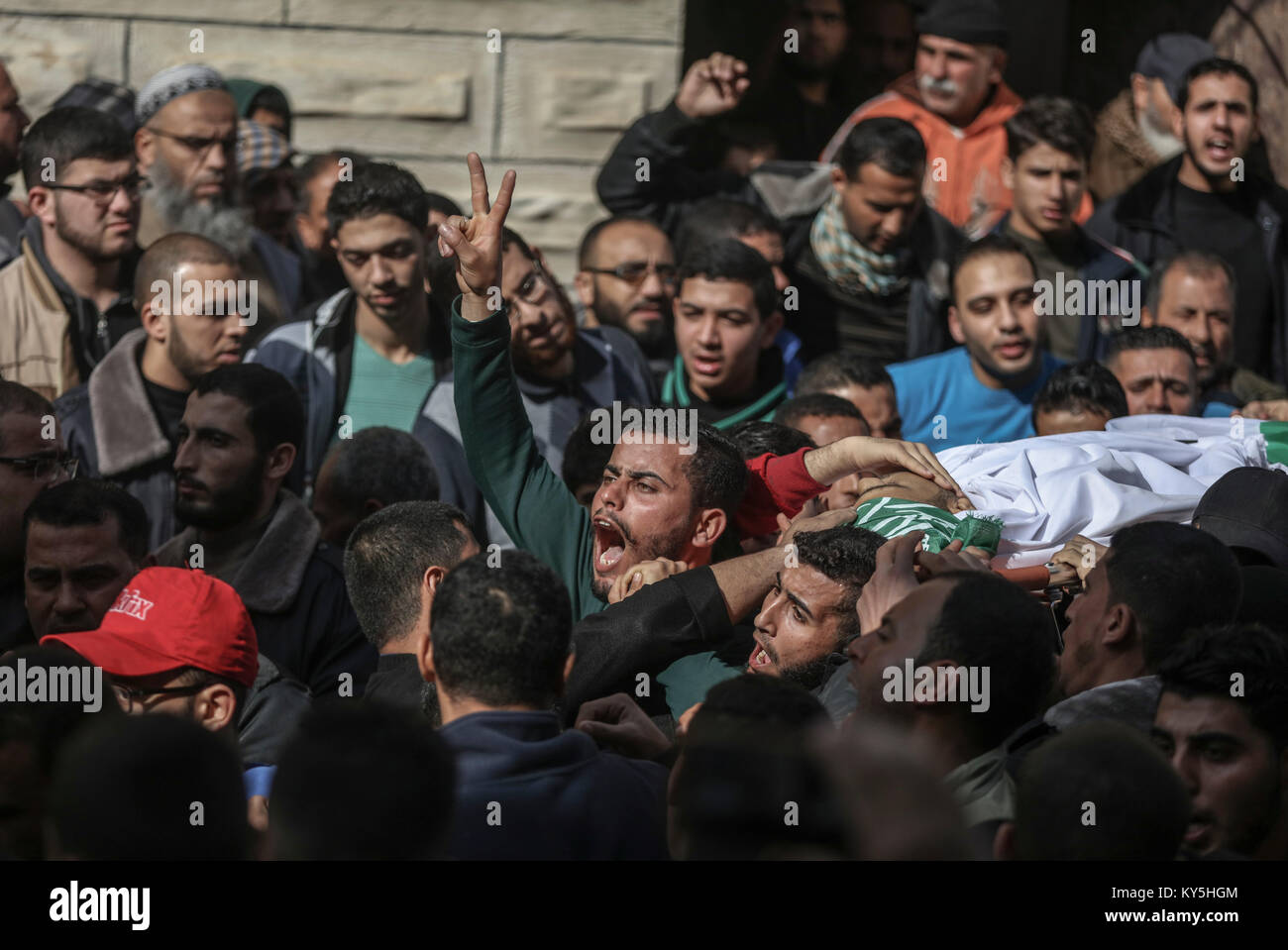 Relatives and mourners carry the body of 32-year-old Palestinian fisherman Abdullah Ramadan Zidan, during his funeral Stock Photo
