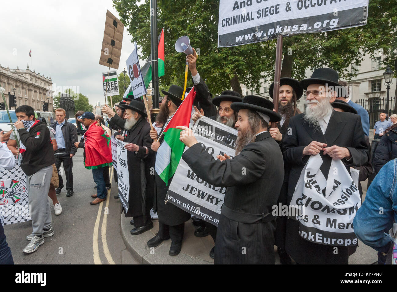 Neturei Karta anti-Zionist Jews at the pro-Palestine protest against the visit of Israeli PM Netanyahu, accused - Stock Image