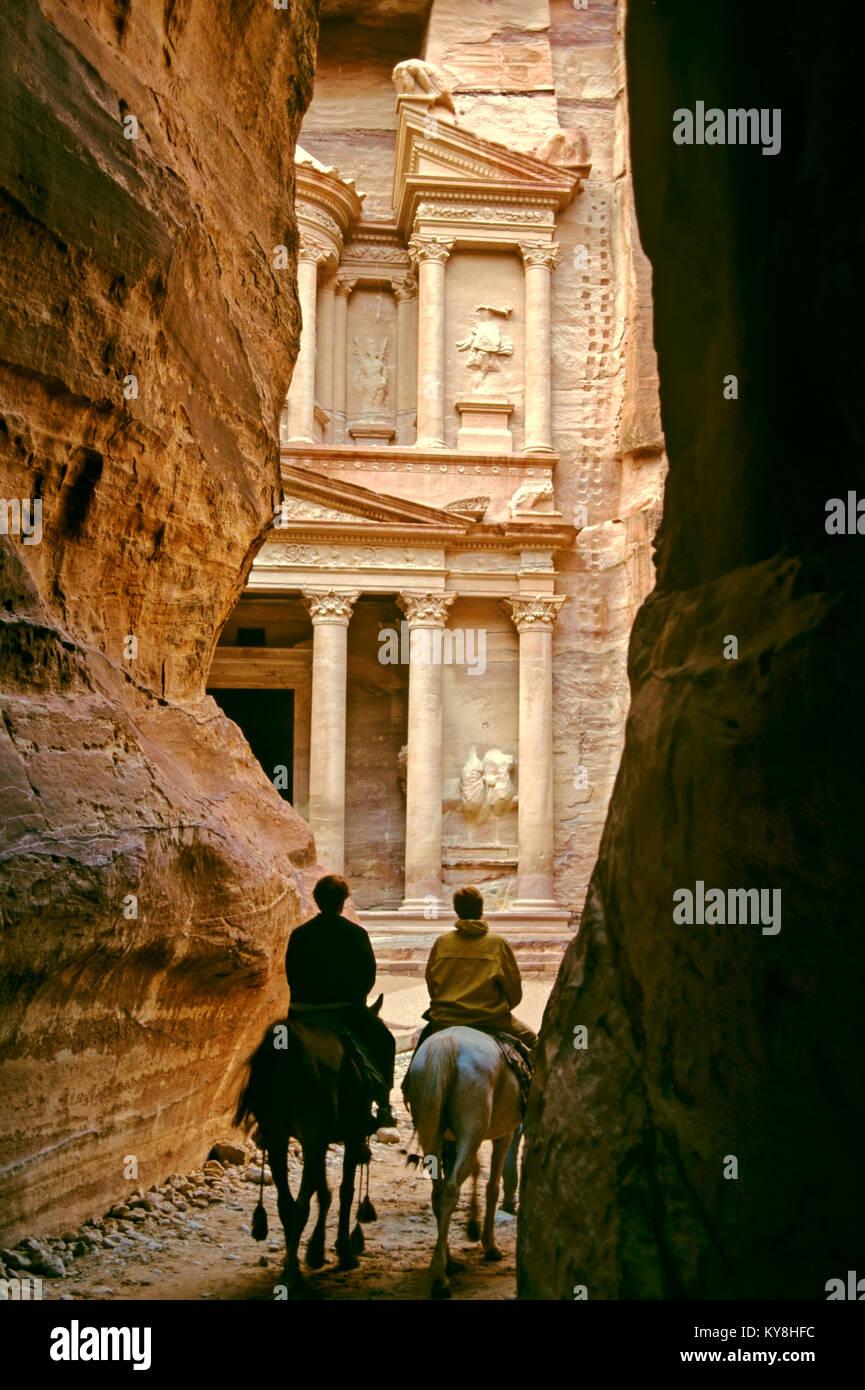 2231. The Khazneh (Treasury) from The Siq, Petra, Ma'an Gov, Jordan Stock Photo