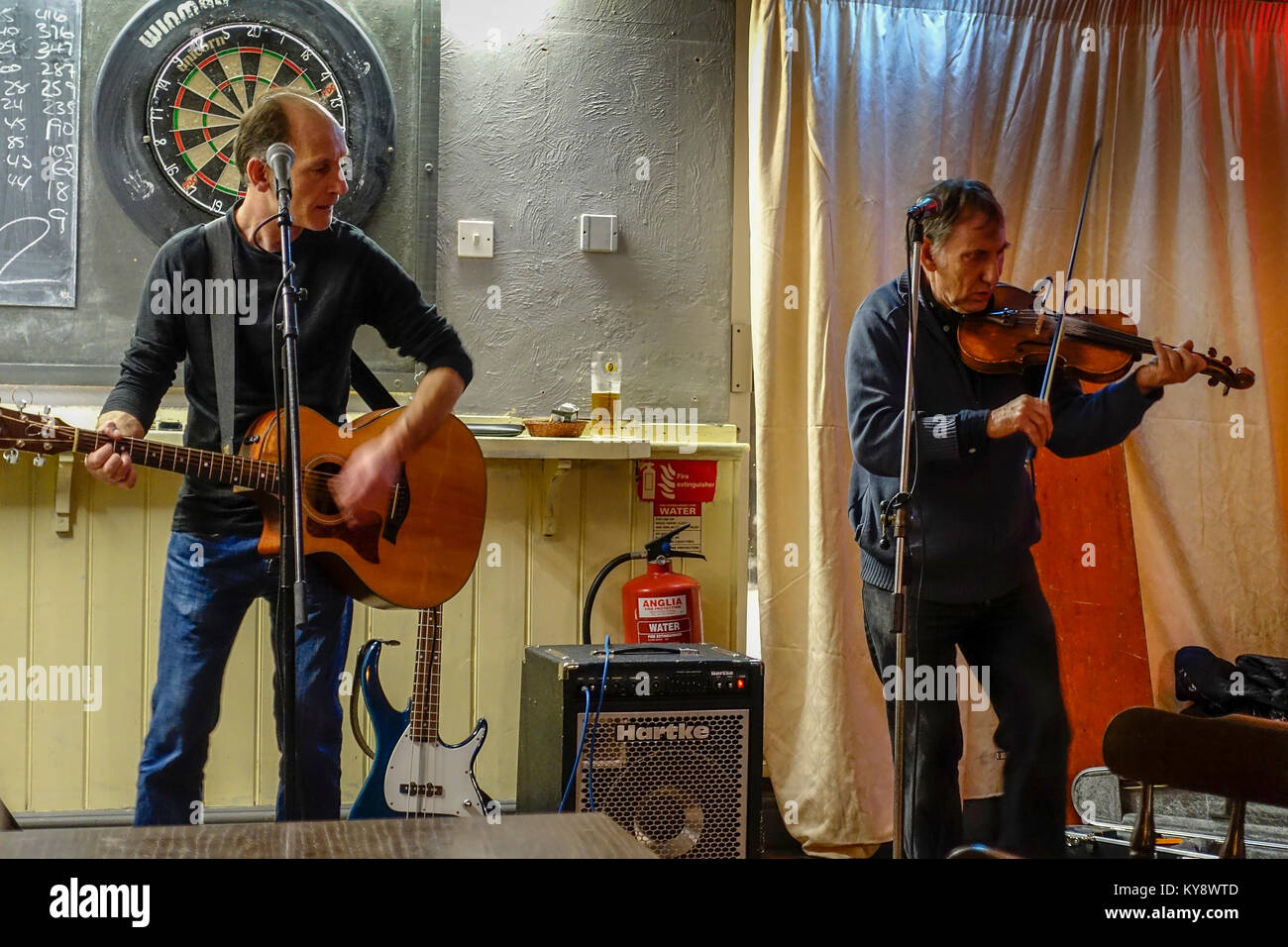 Still in the Brew, Pub Band/Folk Duo - The Eagle, Braintree, Essex Stock Photo
