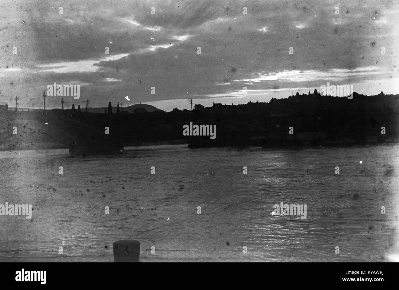 Margit híd és a szigeti bejáró az Újpesti rakpartról nézve. Fortepan 52748 - Stock Image
