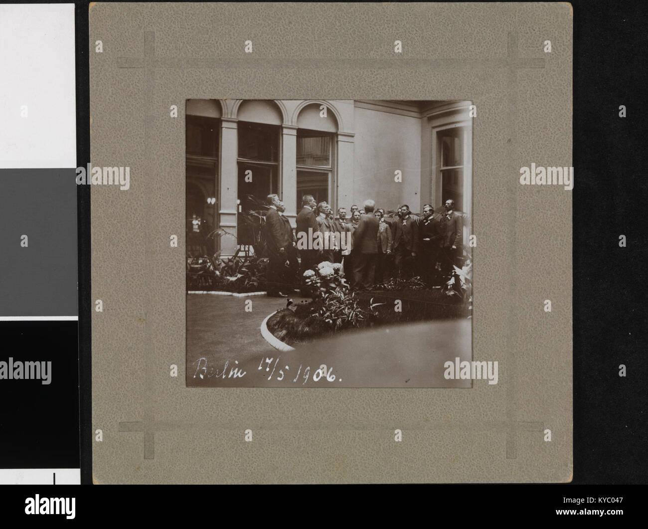 Norske studenter i Hotellet i Berlin synger for Bjørnstjerne Bjørnson, 17. mai 1906 - no-nb digifoto 20160531 - Stock Image